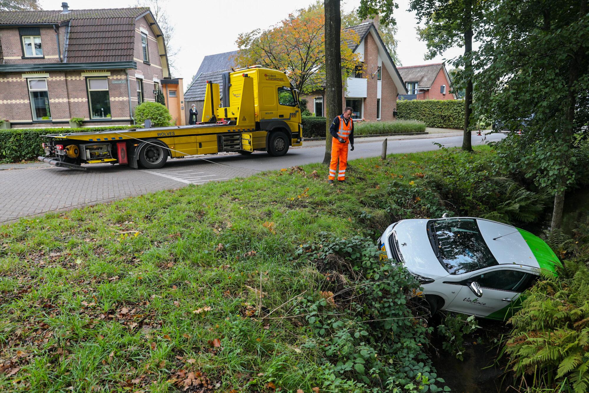 VIDEO | Auto belandt in sloot in Vaassen