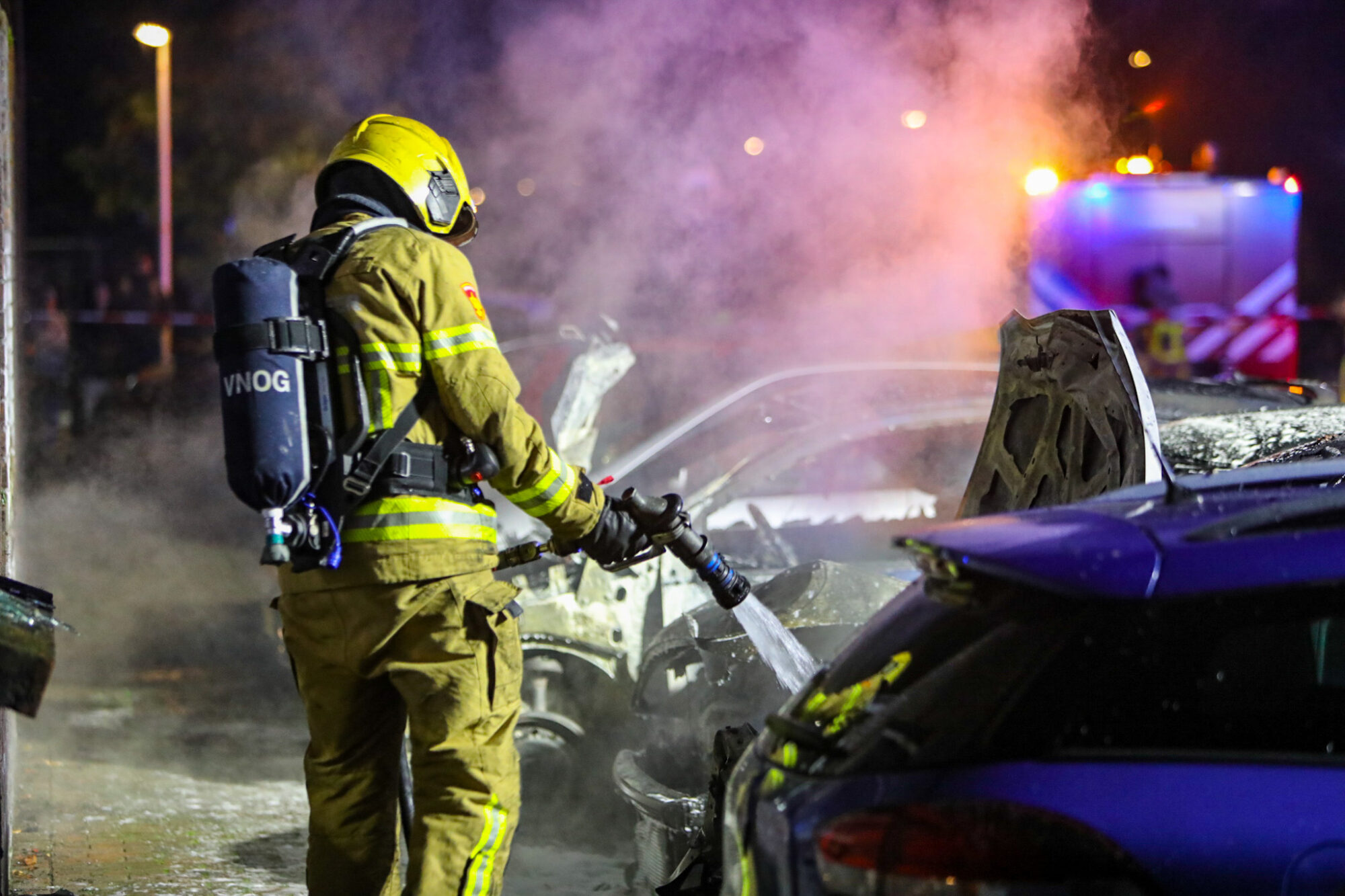 VIDEO | Brandende auto's zorgen voor gevaarlijke situatie in Apeldoorn