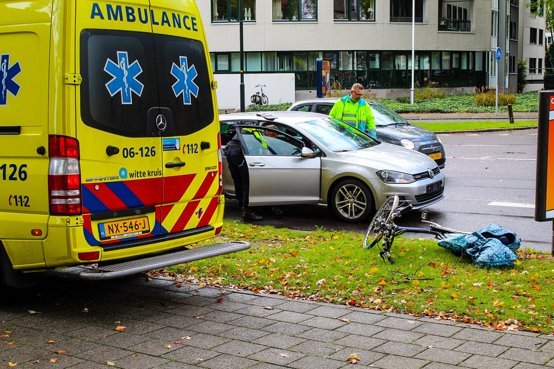 Fietster geschept door auto op de Loolaan in Apeldoorn