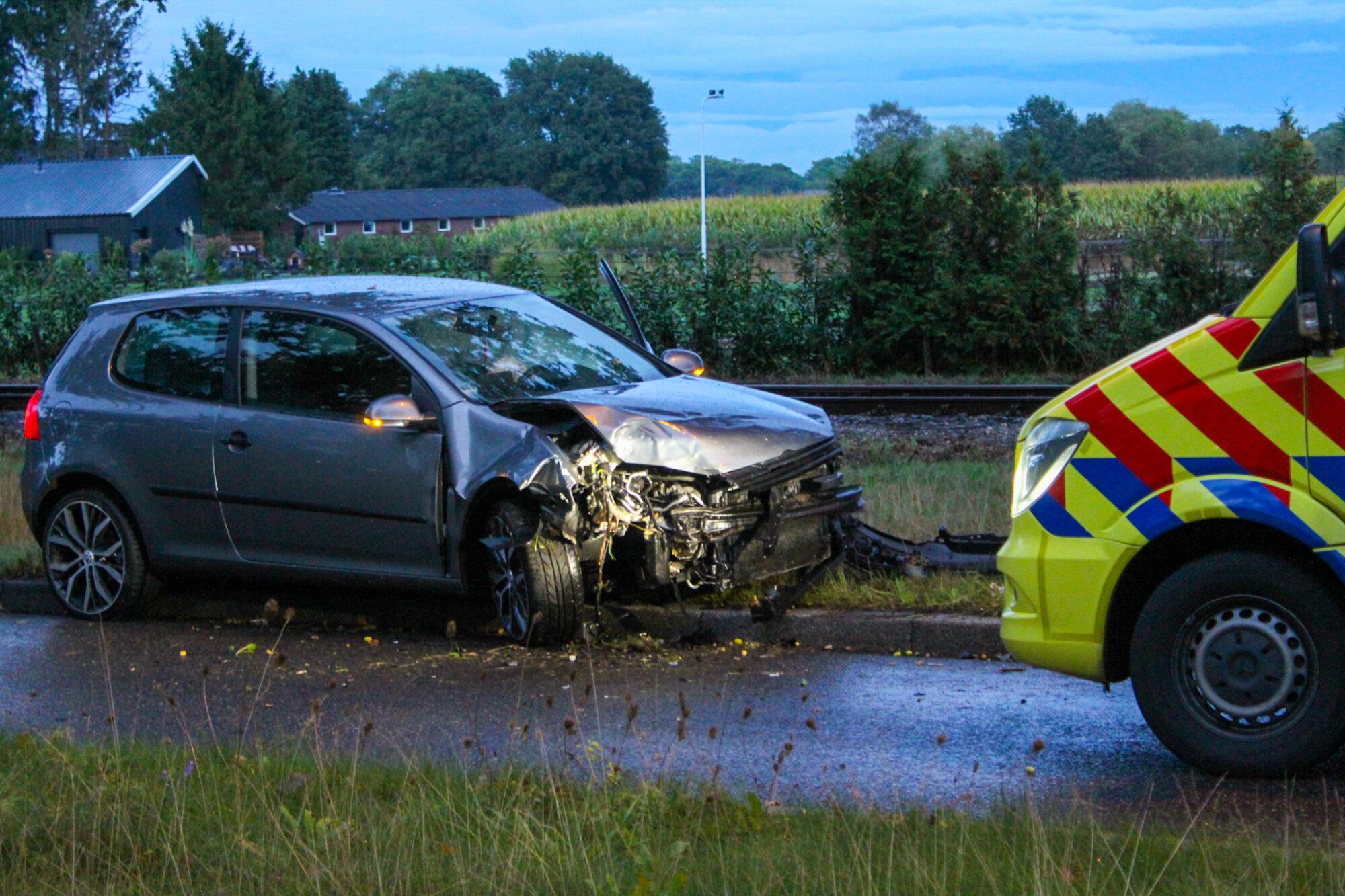 Gewonde na aanrijding tussen auto en boom in Apeldoorn