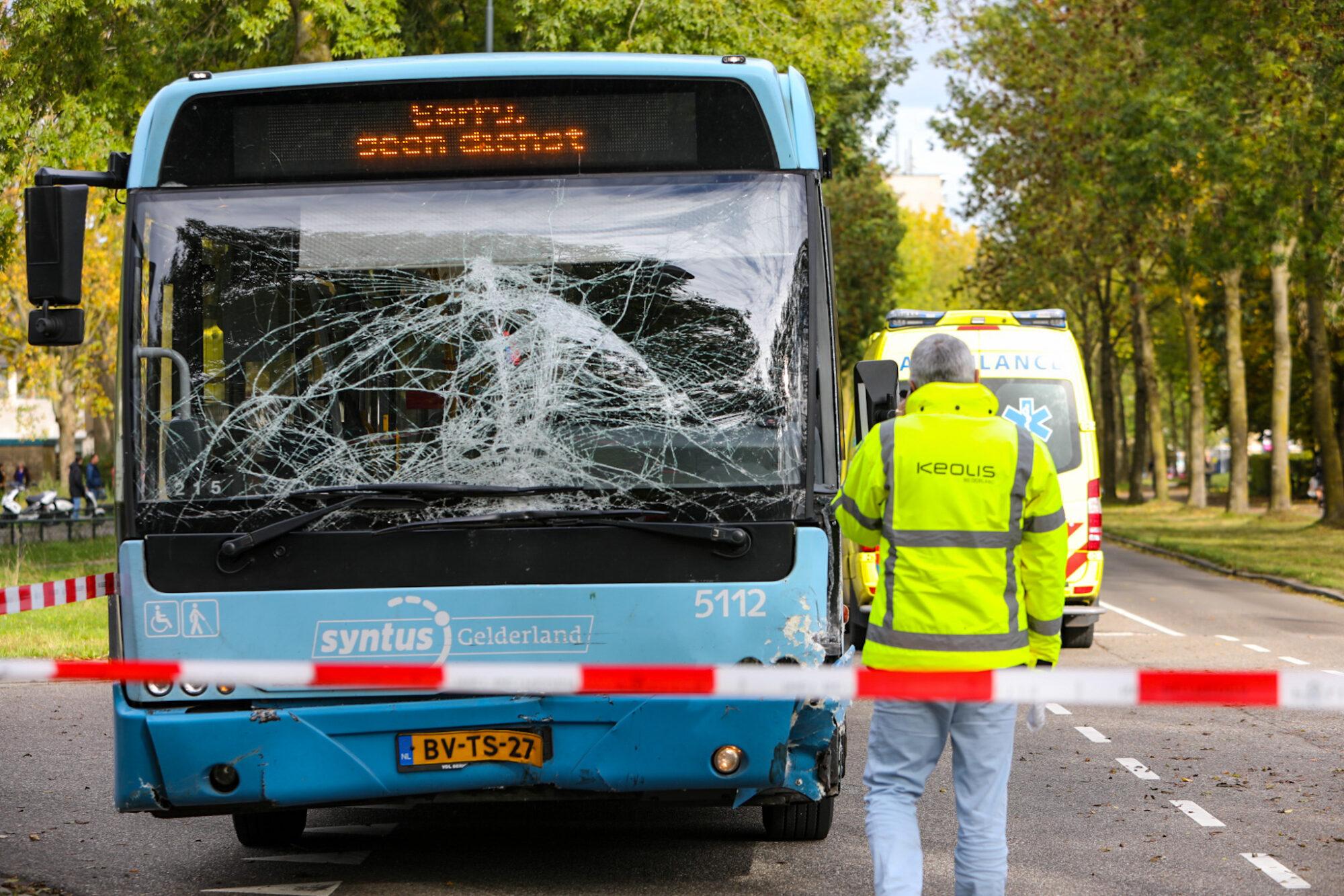 VIDEO | Personenauto botst tegen bus aan op Sluisoordlaan in Apeldoorn