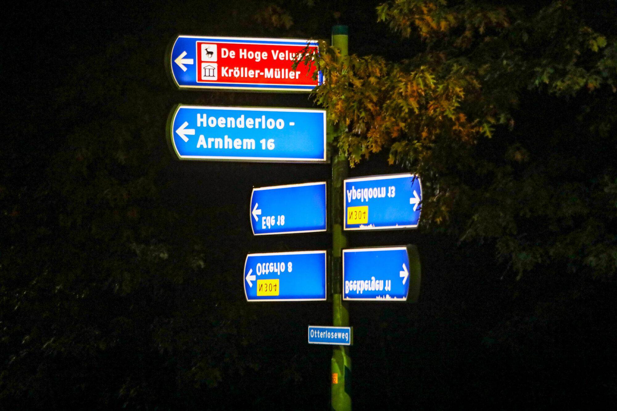 Grappenmakers hebben verkeersborden omgedraaid aan Otterloseweg tussen Otterlo en Apeldoorn