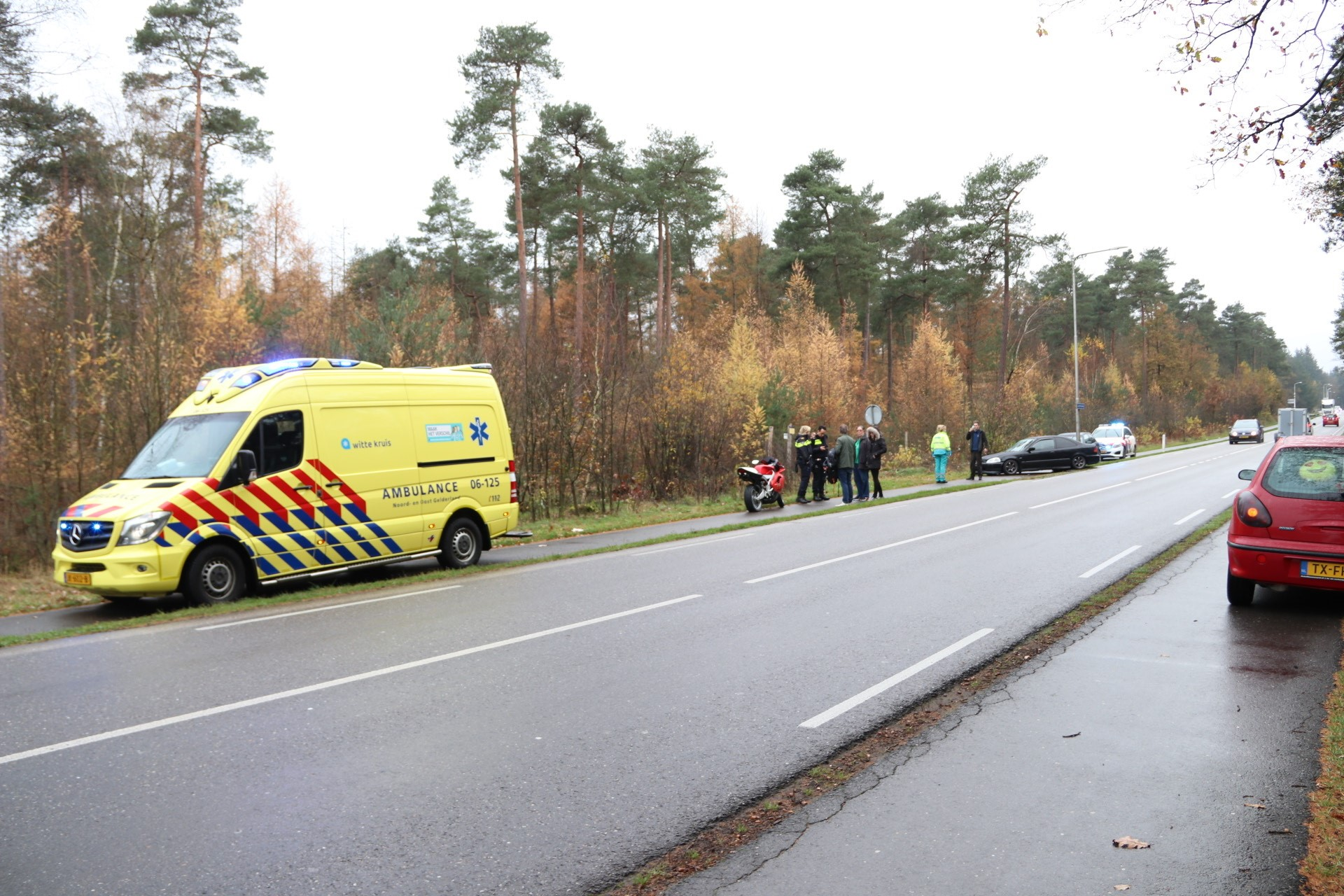 Motorrijder lichtgewond na botsing met auto tussen Loenen en Beekbergen.