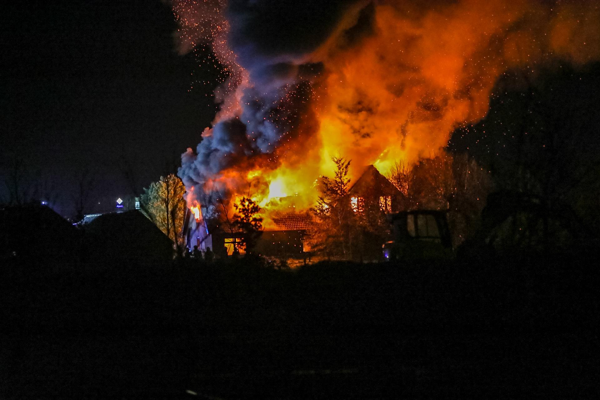 Uitslaande brand legt woning plat in Uddel
