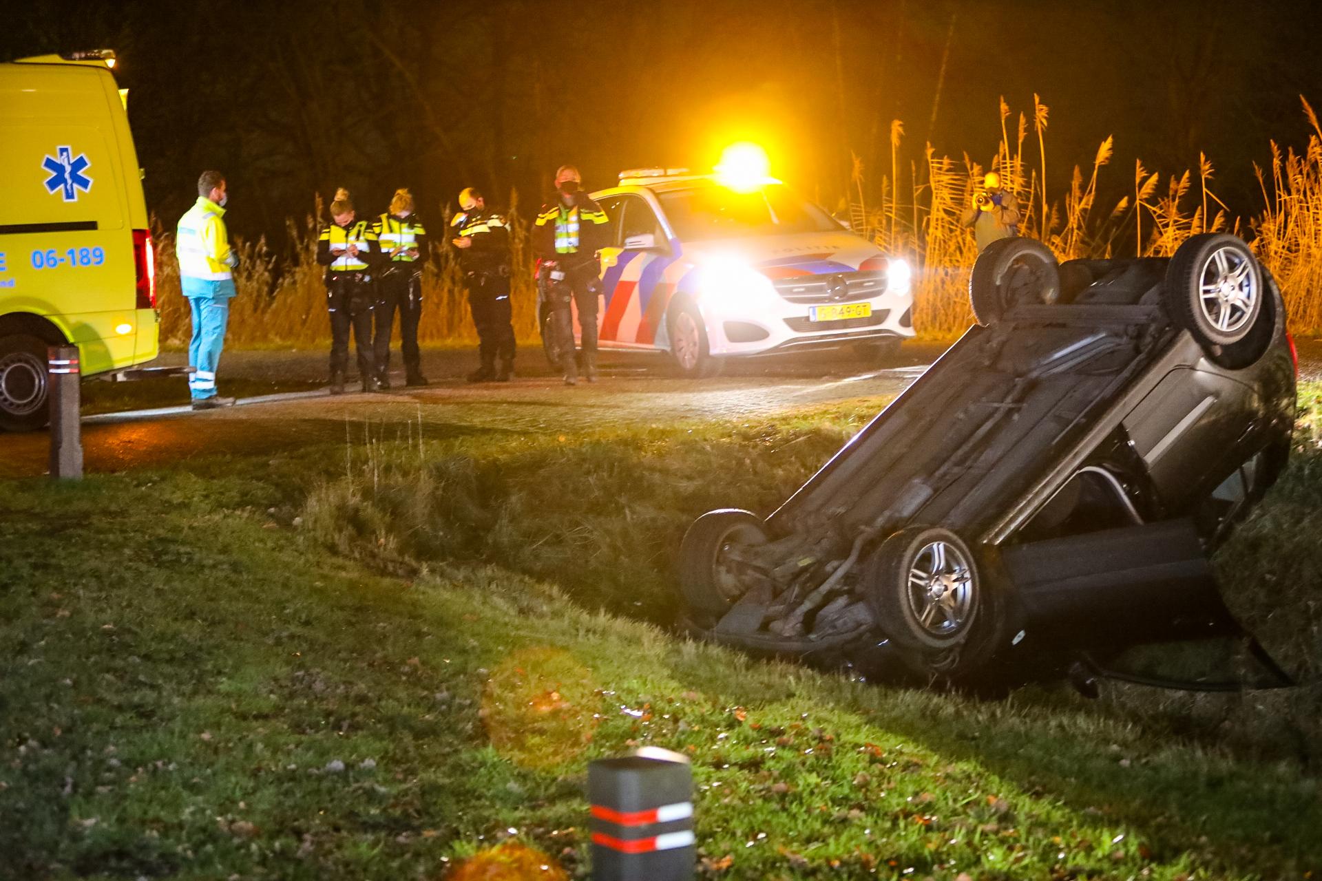 Automobiliste met slokje te veel op belandt op de kop in droge greppel