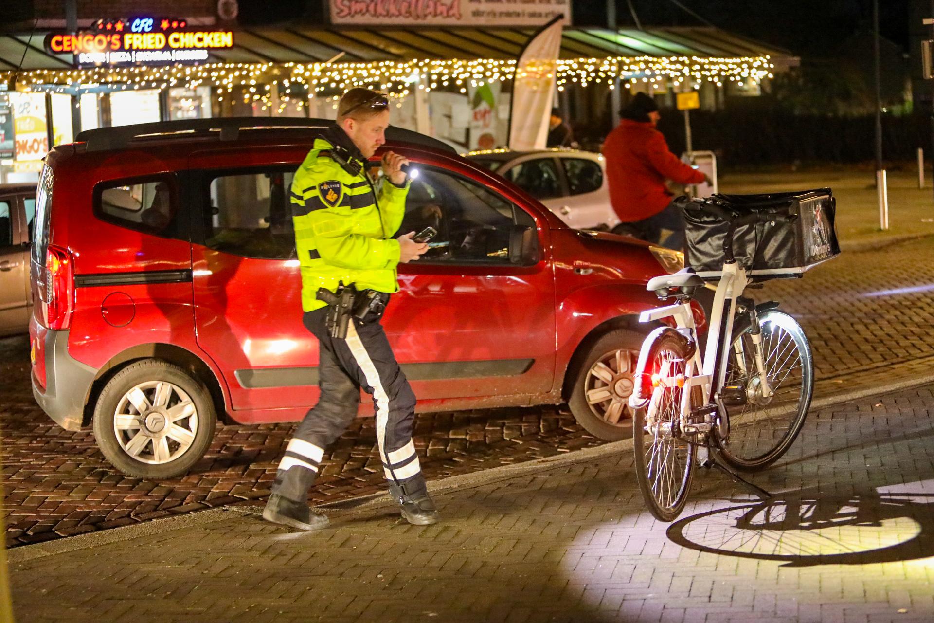 Pizzabezorger botst op afslaande auto in Apeldoorn zuid
