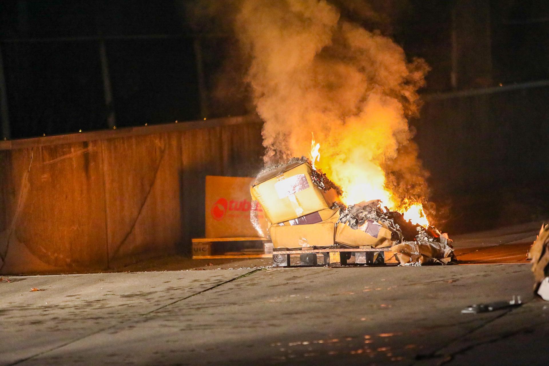 Brandende dozen zorgen voor veel rook in bedrijfspand