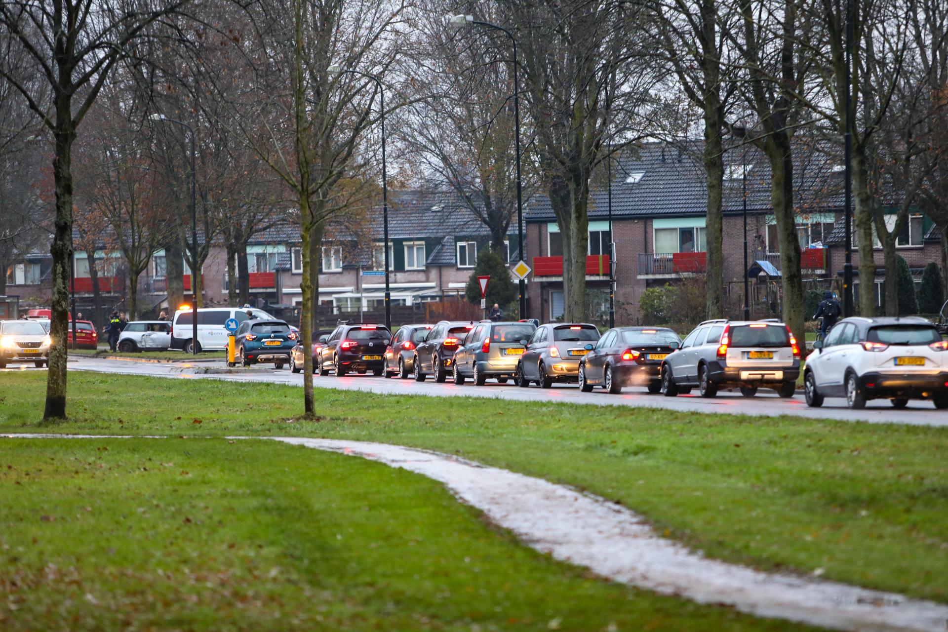Veel schade na ongeval op de Matenpoort in Apeldoorn.