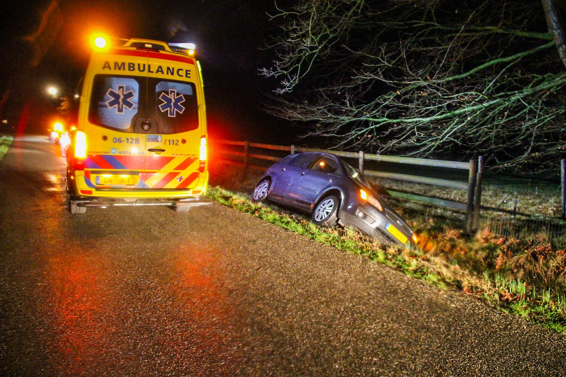 Auto belandt in greppel; bestuurder gewond
