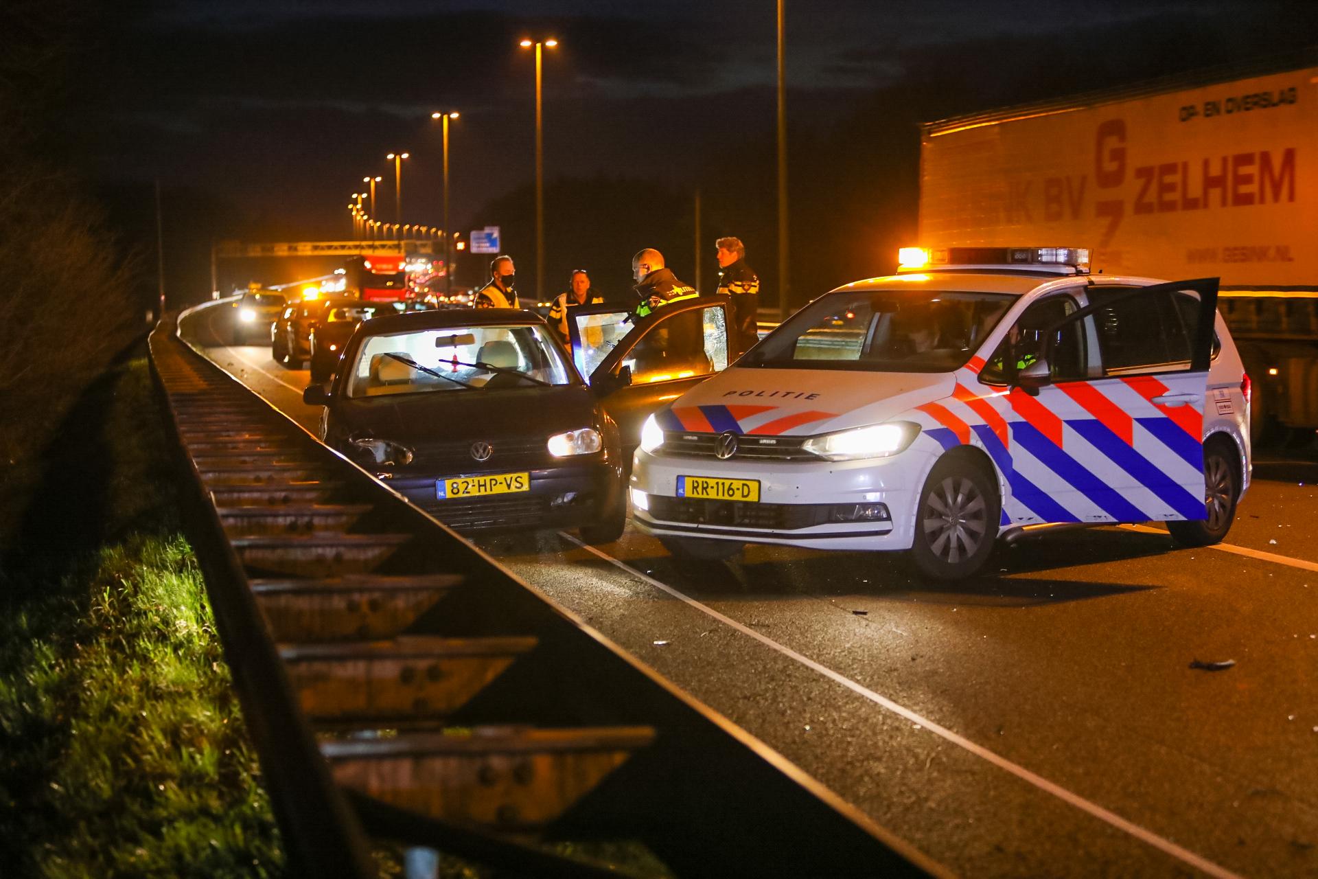Aanhoudingen na ongeval tussen vrachtwagen en personenauto op A50 bij Klarenbeek.