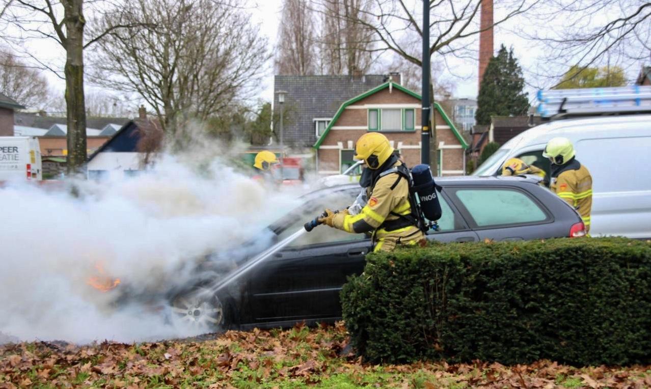 Auto vat vlam tijdens het rijden in Apeldoorn