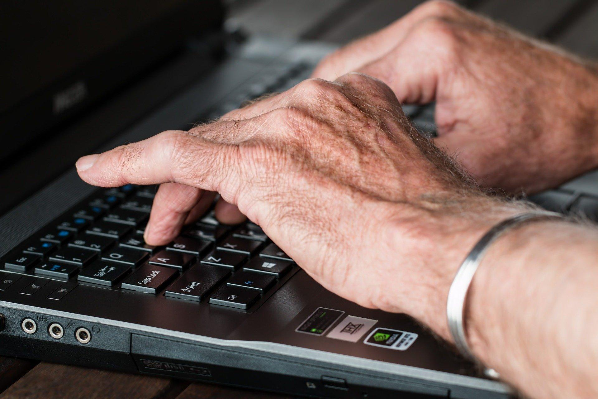 Ouderen met zelfvertrouwen online door de DigiHulplijn
