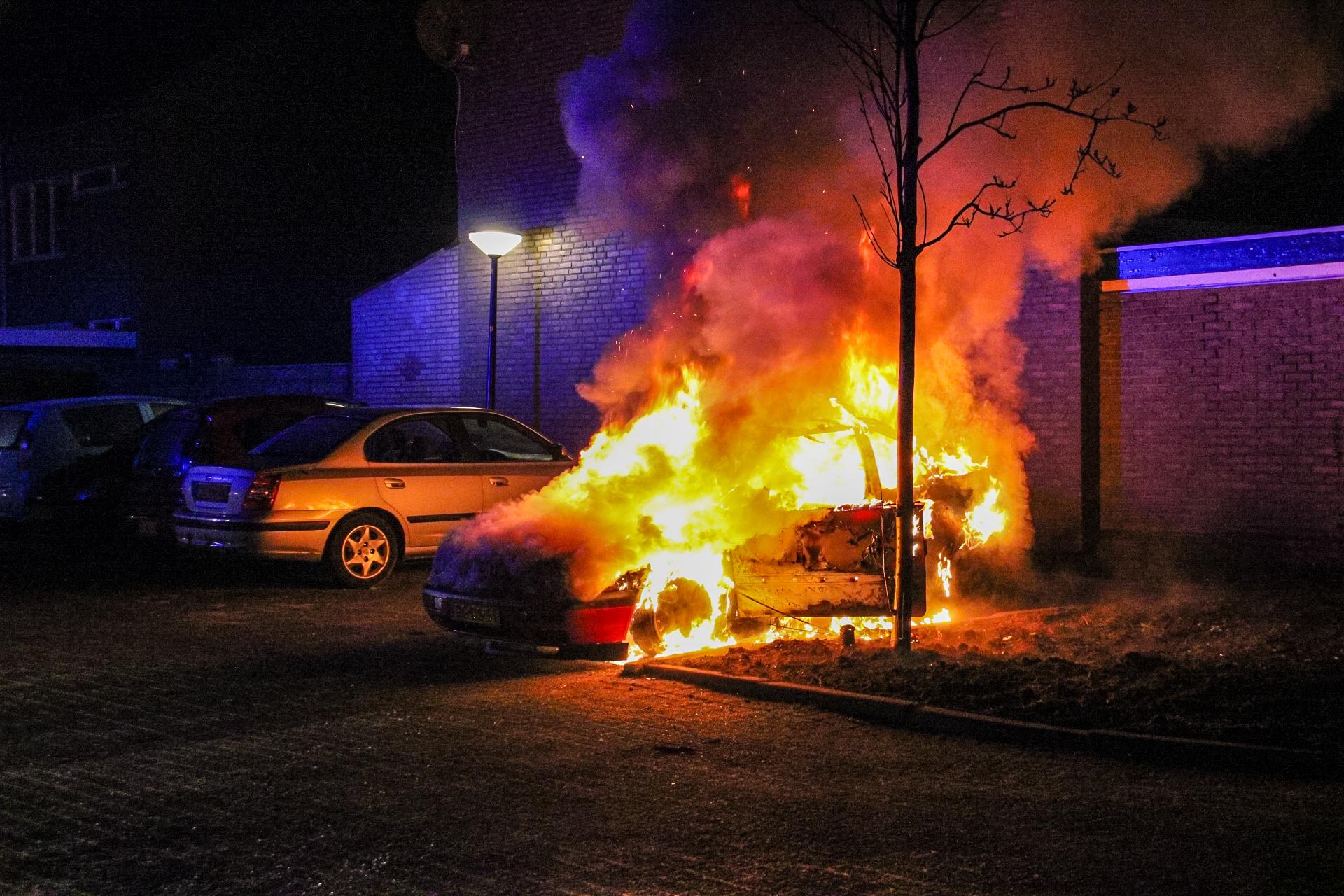 Auto vat vlam in Apeldoorn