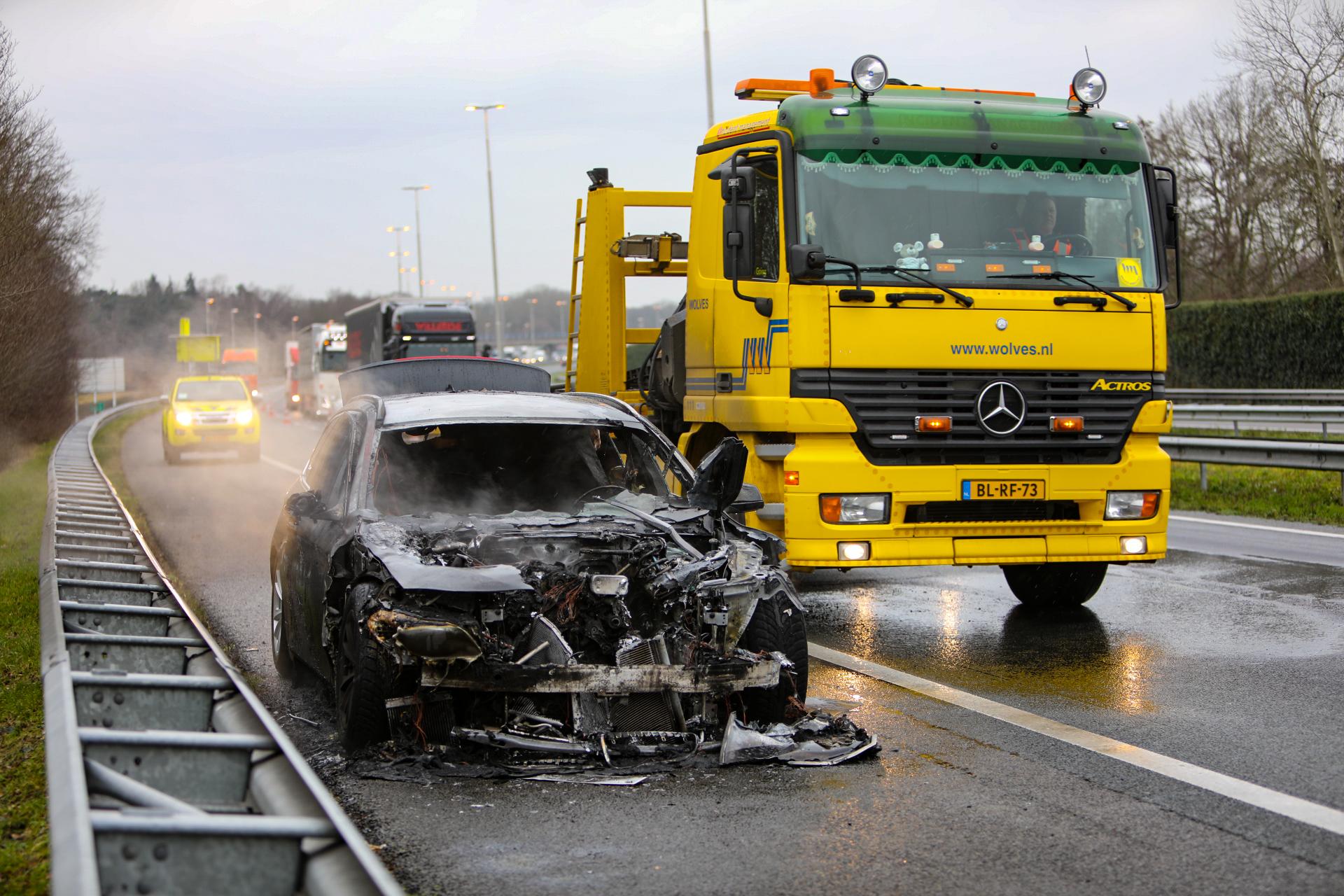 Auto volledig uitgebrand op A50 bij Apeldoorn