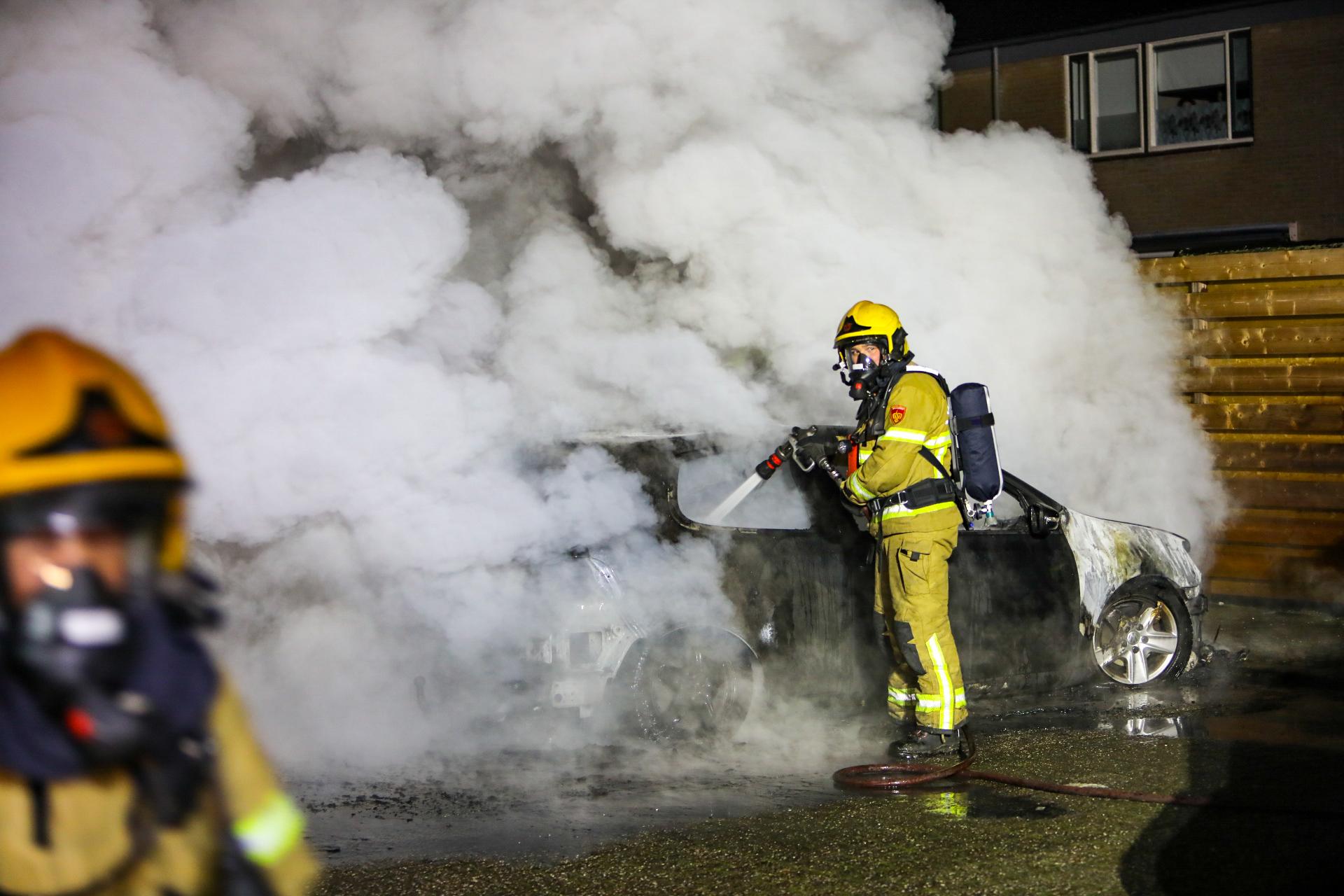 Auto verwoest door brand in Apeldoorn