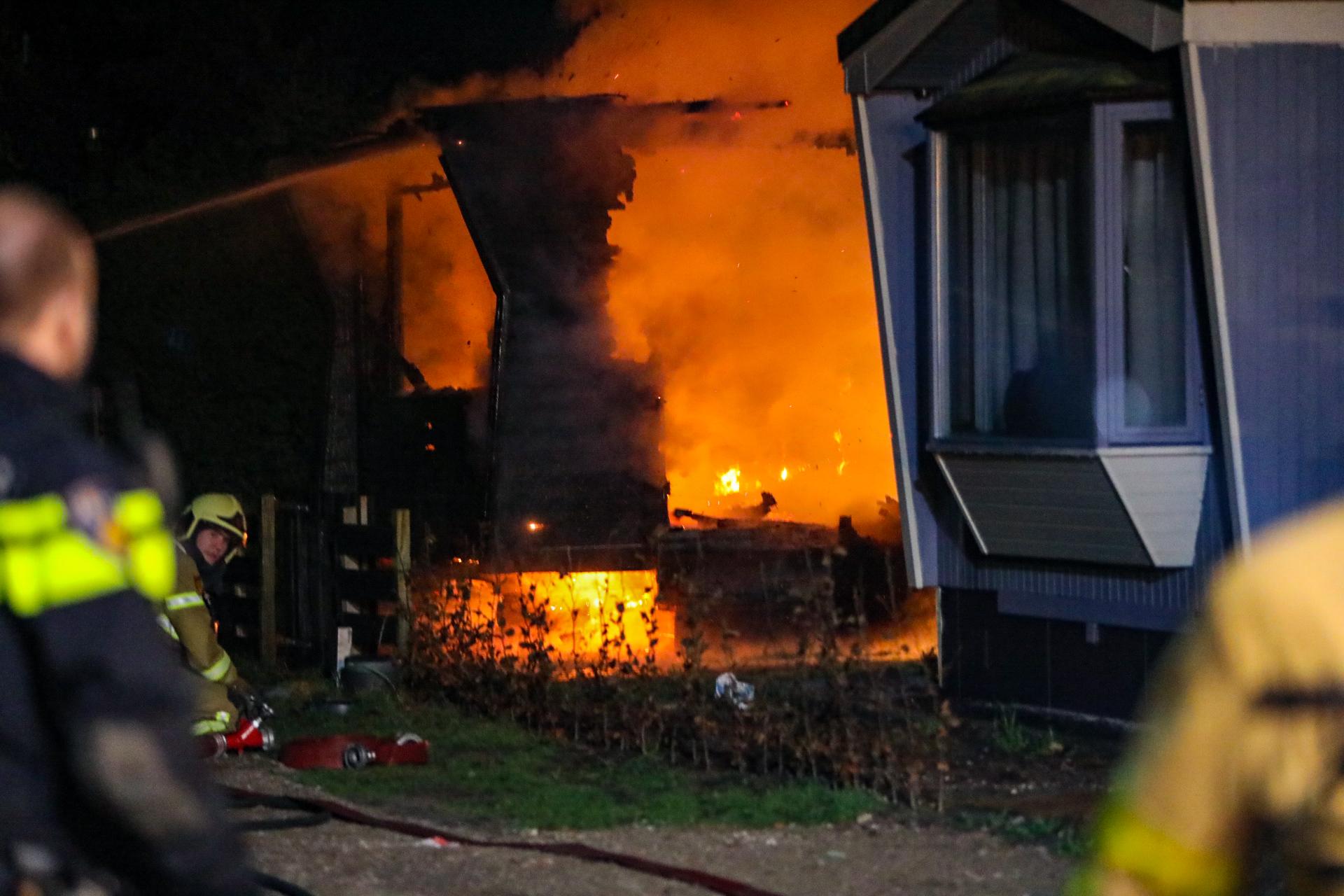 Dode bij uitslaande brand in stacaravan in Lieren; politie start onderzoek
