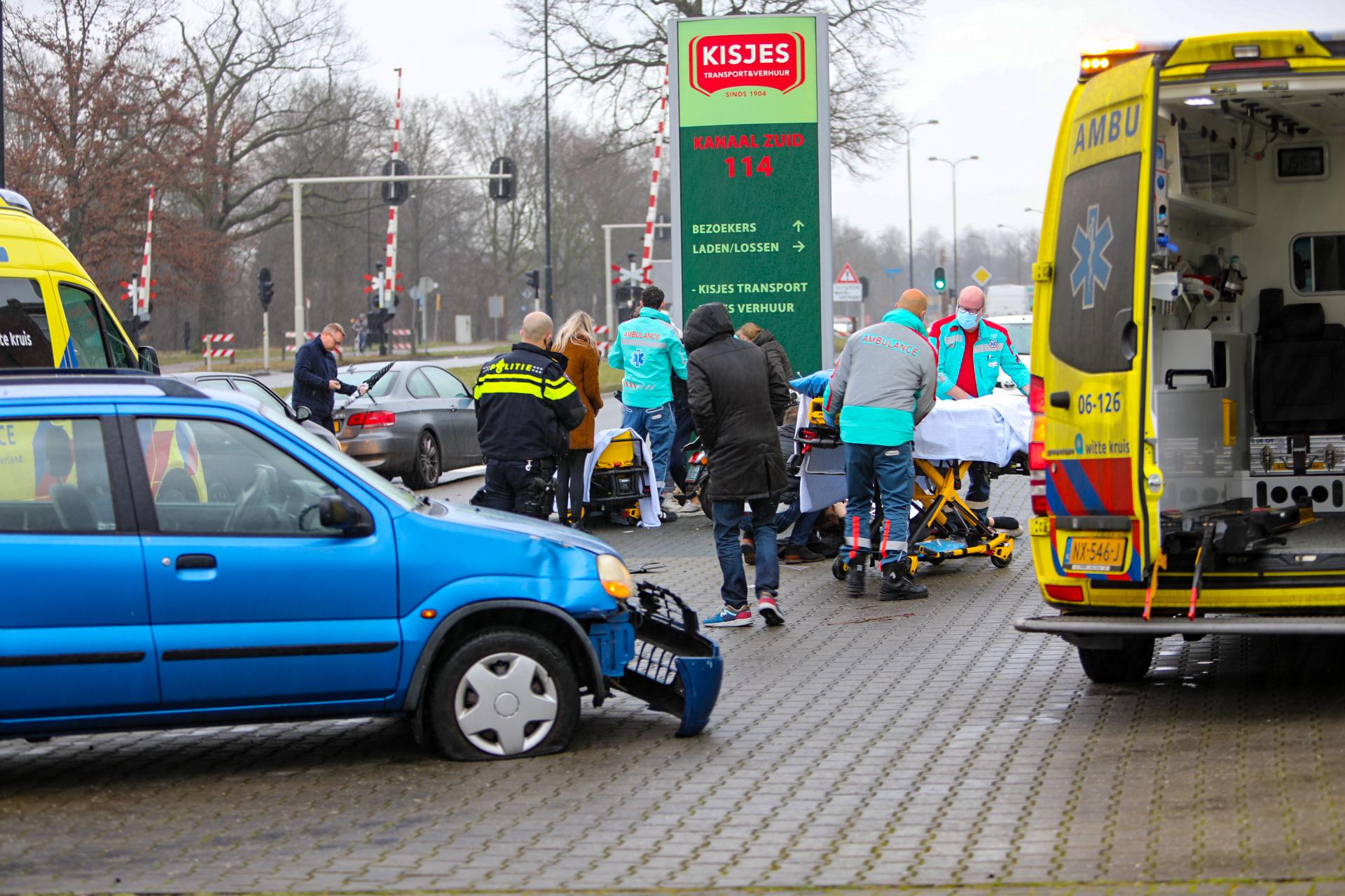 Scooter klapt op afslaande auto; Twee gewonden