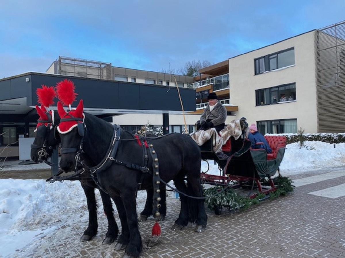 Cliënten Zorggroep Apeldoorn genieten van ritje met arrenslee