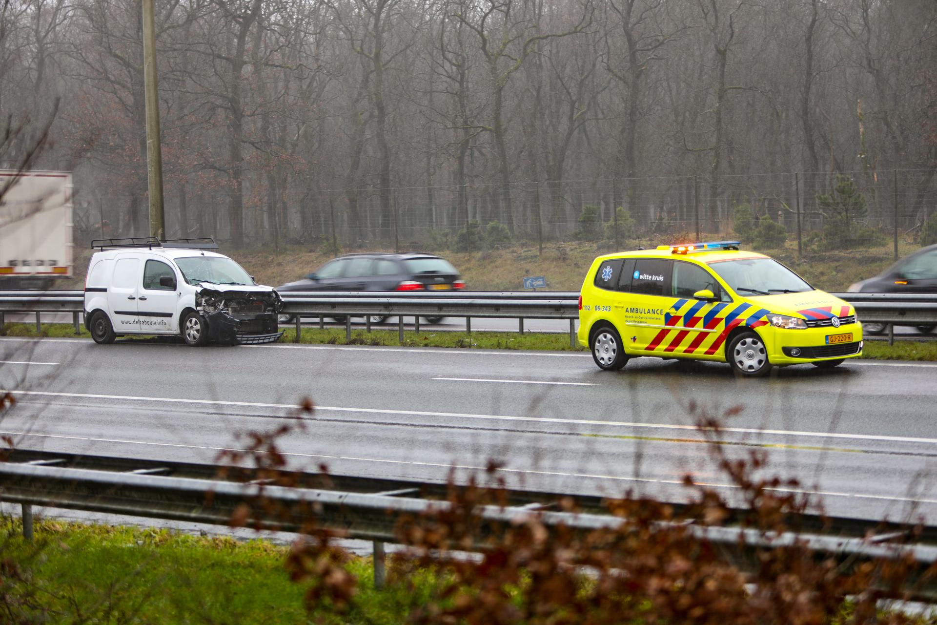 Bestelauto botst achterop vrachtwagen op A50; 30 minuten vertraging