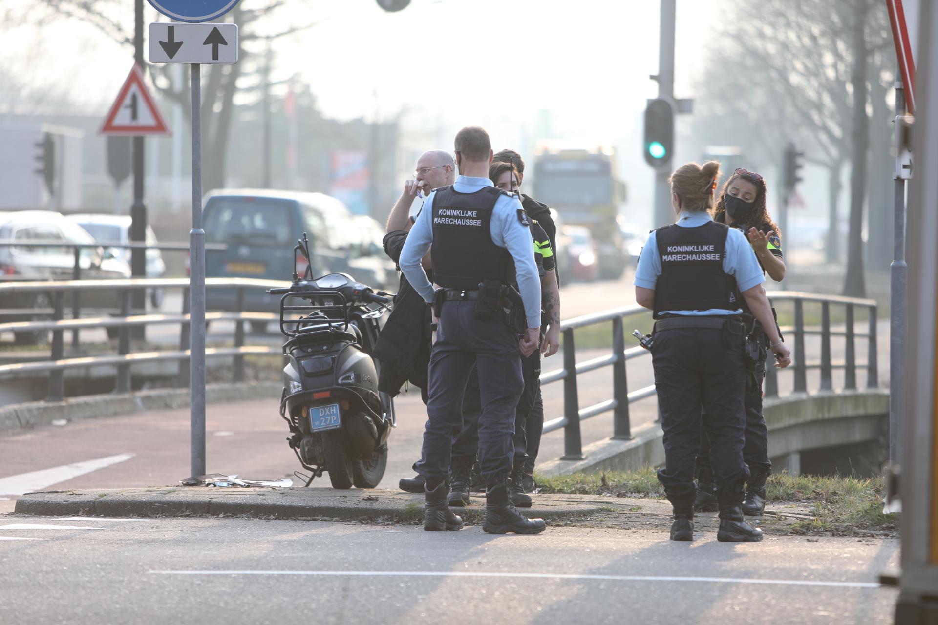 Scooterrijder gewond bij botsing met bezorgbus in Apeldoorn.