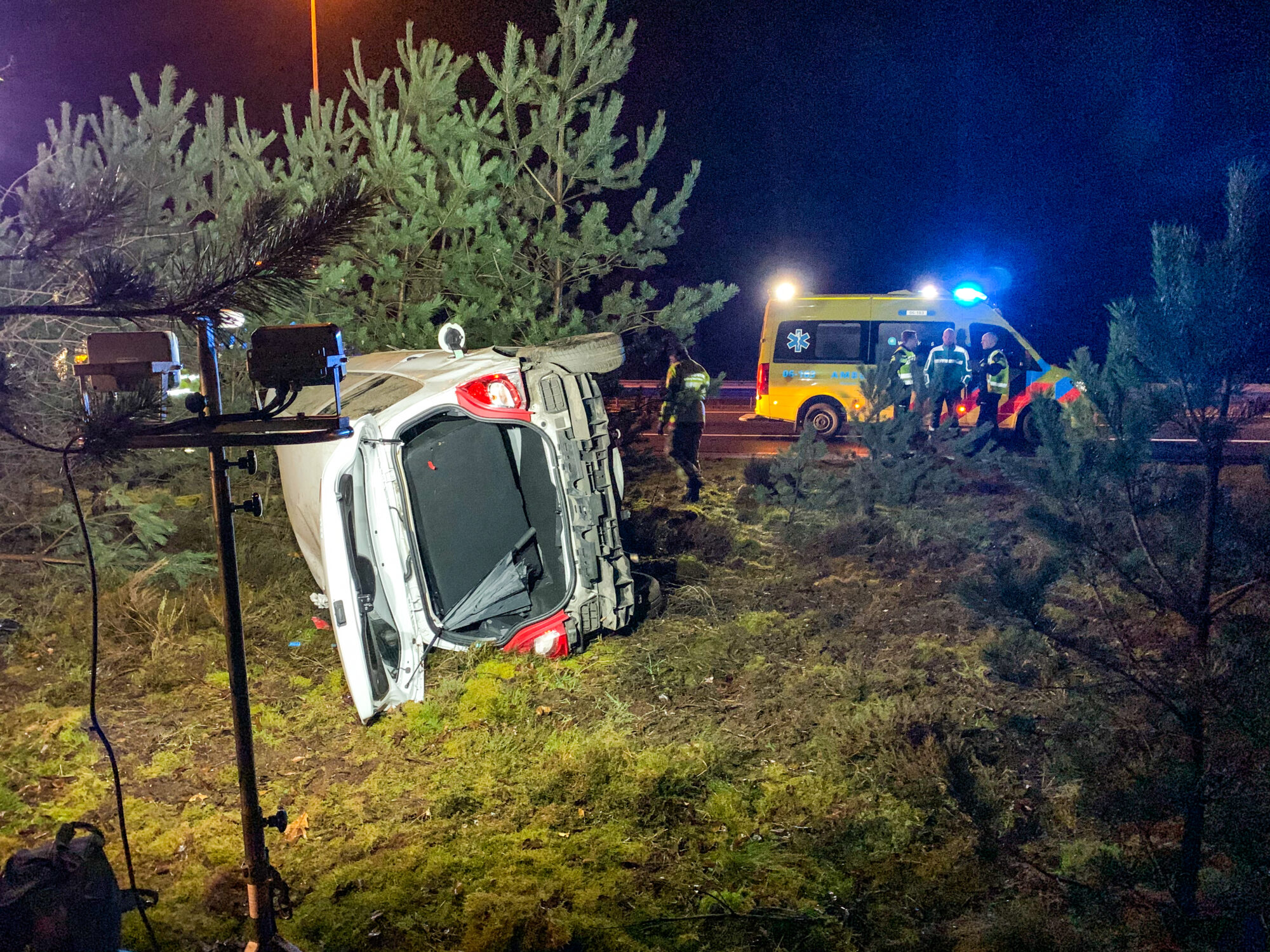 Auto over de kop bij ongeval op A50 bij Beekbergen