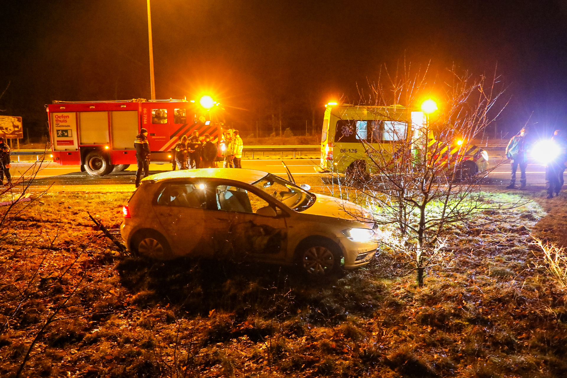 Botsing tussen auto met paardentrailer en vrachtwagen op de Hoofdweg in Een-West : Hoofdweg afgesloten.