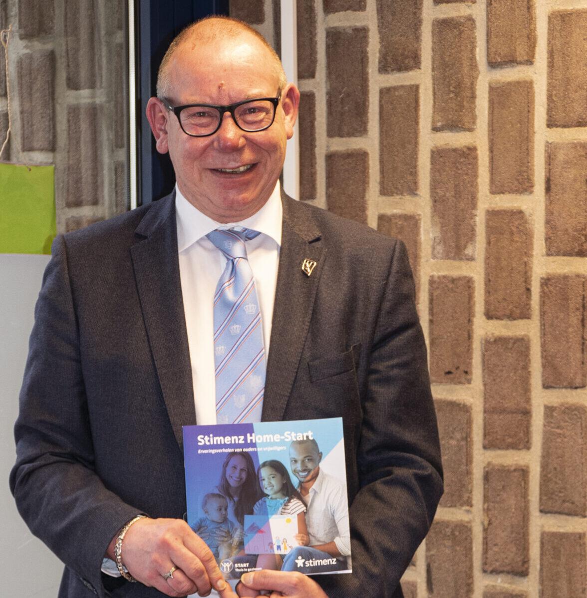 Wethouder Detlev Cziesso neemt eerste exemplaar 'Stimenz Home-Start' in ontvangst