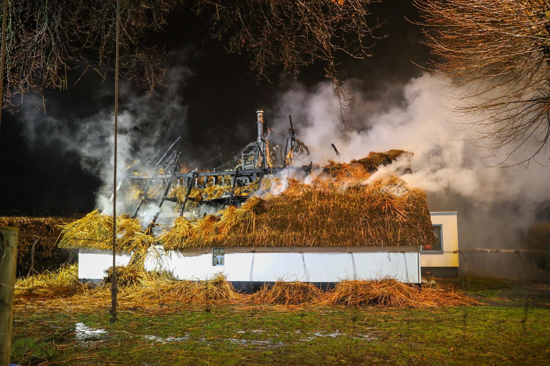 Uitslaande brand verwoest monumentale woonboerderij in Apeldoorn