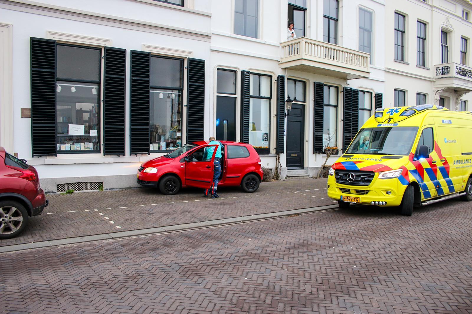 Auto botst tegen gevel in Zutphen