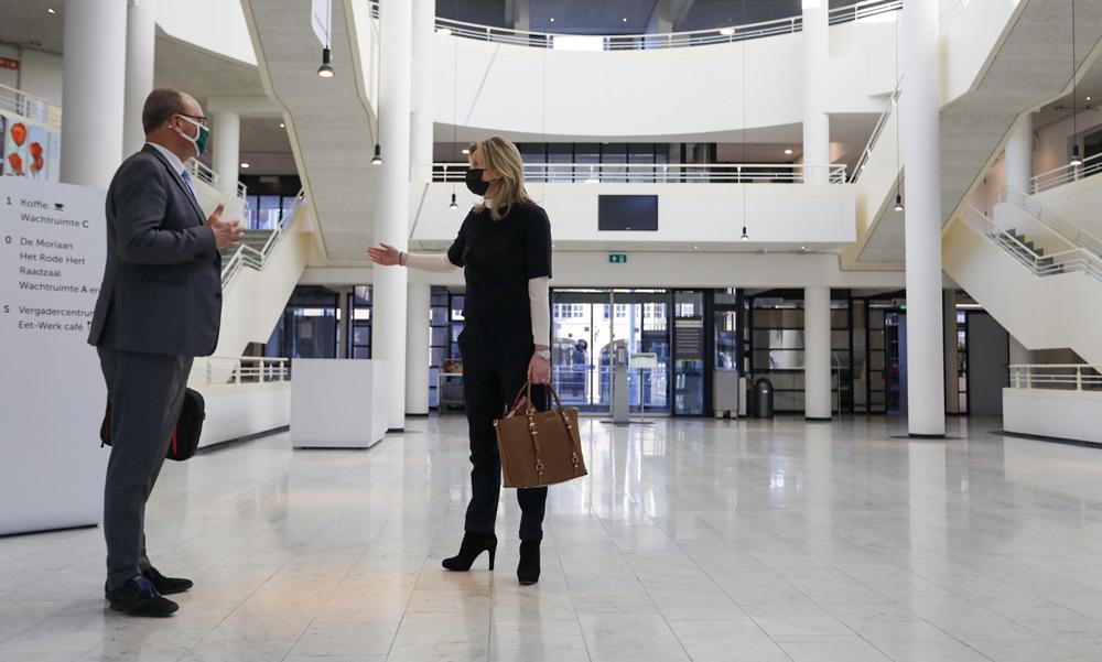 Minister Ollongren bezoekt stembureau in Apeldoorn