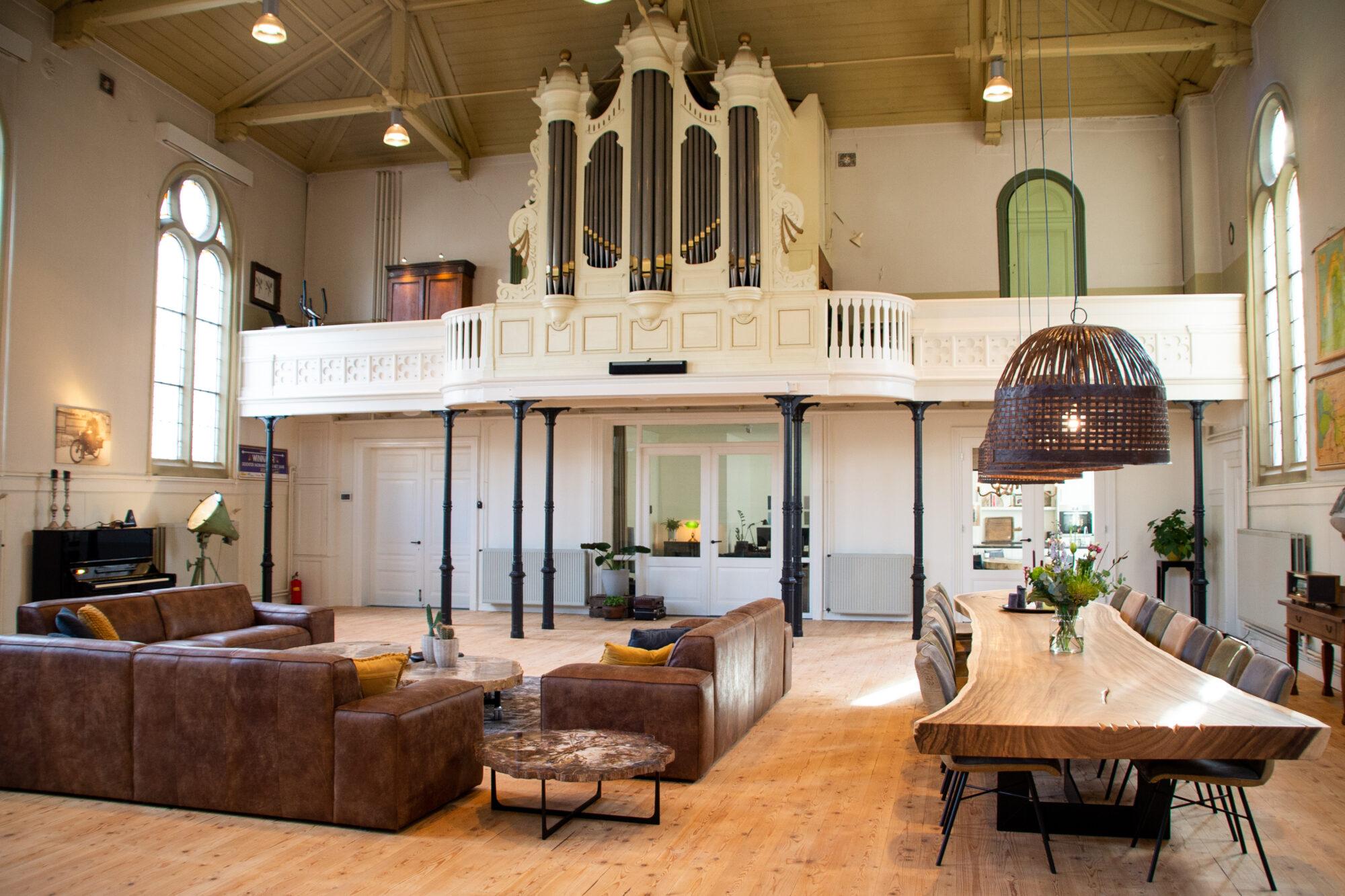 Wonen tussen het orgel en de preekstoel van de kerk