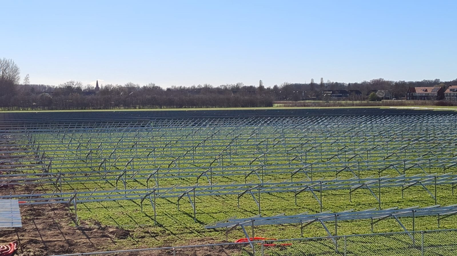 Zonnepark Elzenbos in april in bedrijf