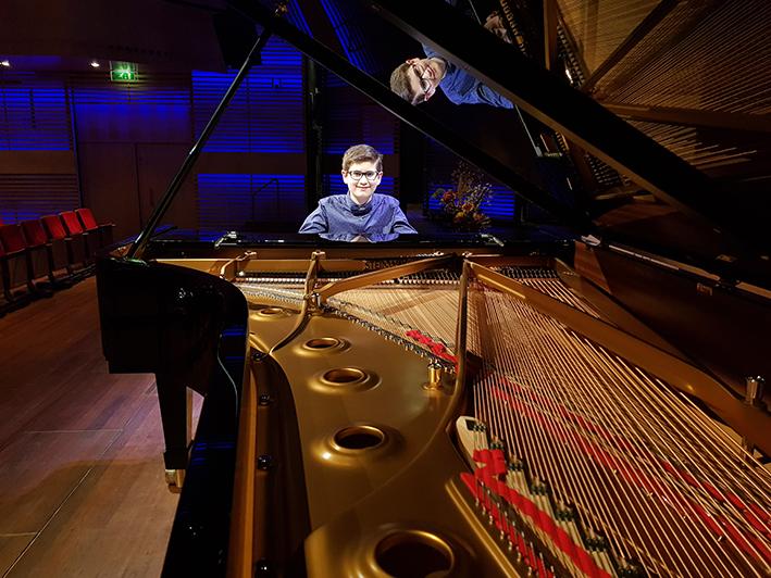 Apeldoorns muziektalent Adam Akopian rijgt hoogtepunten aaneen op de piano