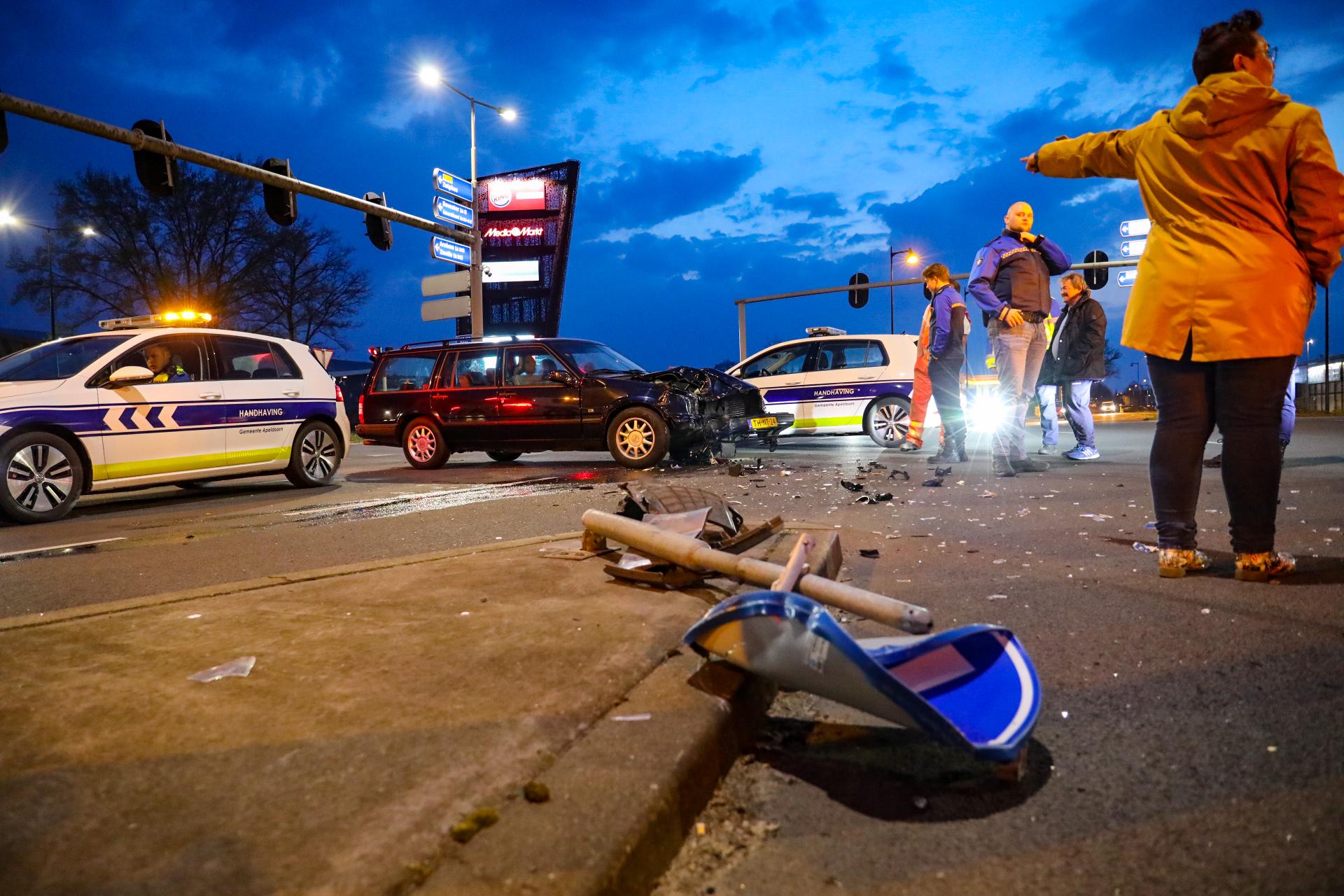 Auto rijdt door rood en veroorzaakt ongeval op kruising in Apeldoorn.