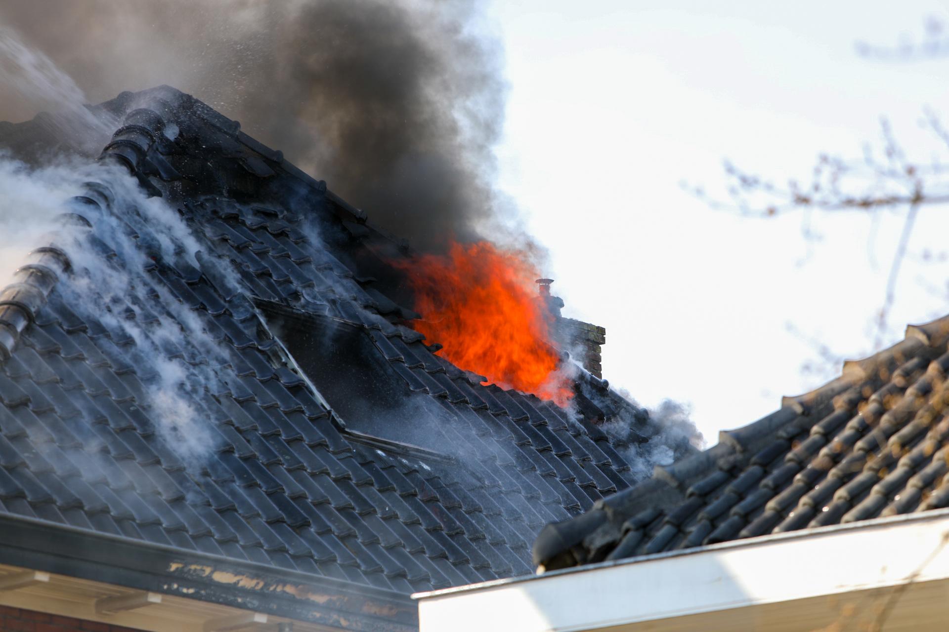 Uitslaande woningbrand aan de Deventerstraat in Apeldoorn