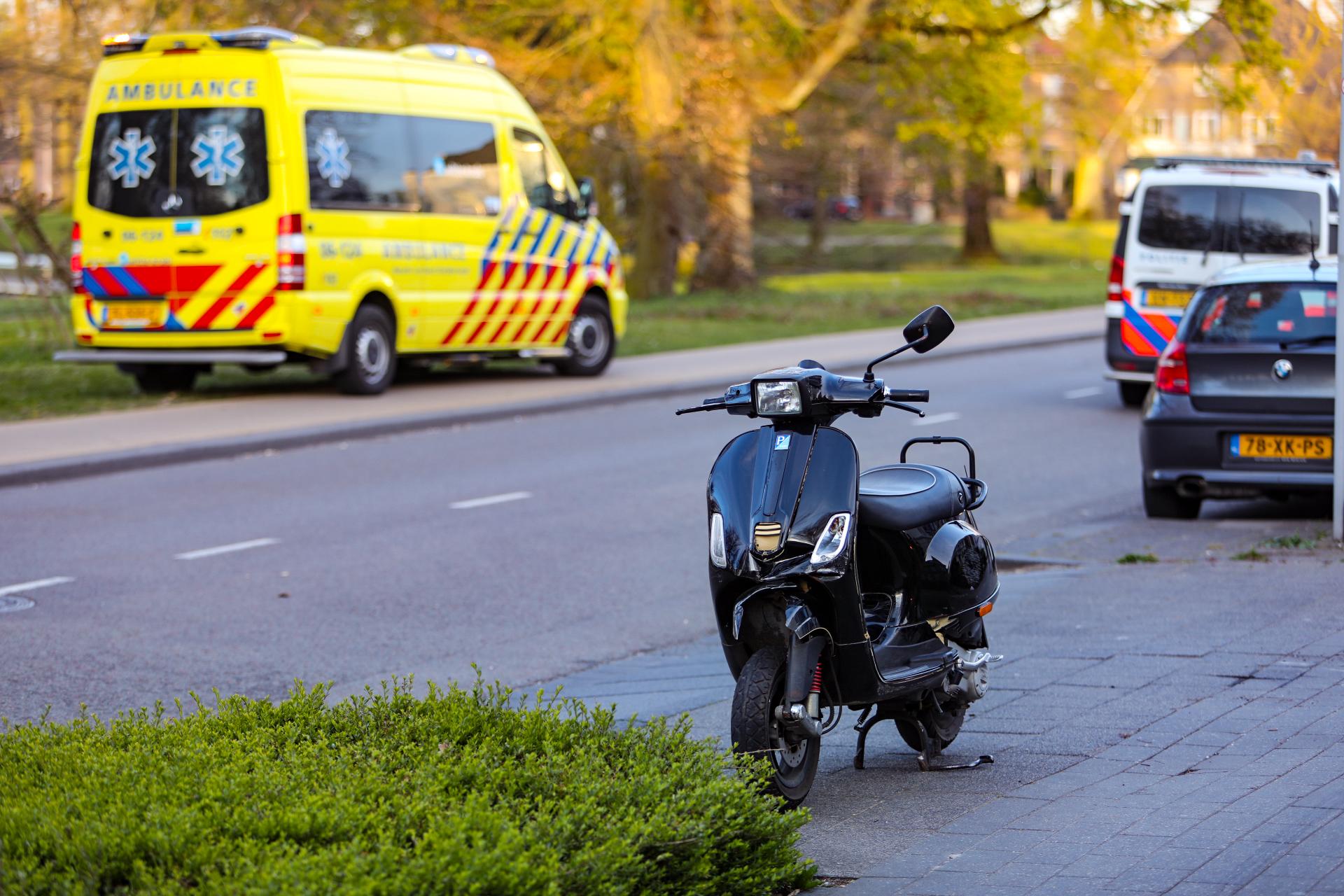 Scooterrijder raakt lichtgewond na botsing met auto