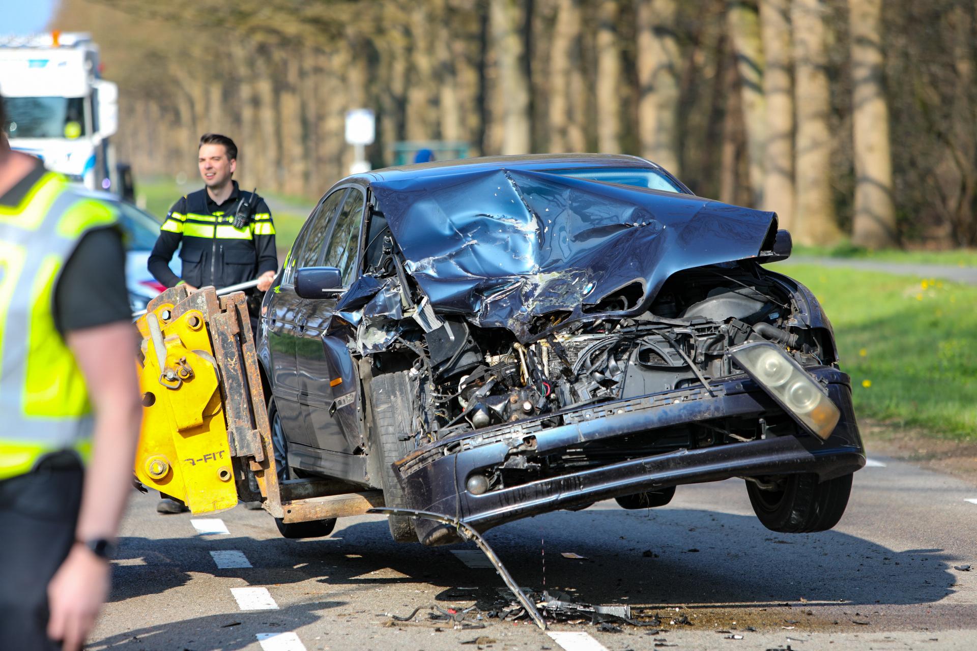 Auto botst op legervoertuig in Uddel; bestuurder gewond