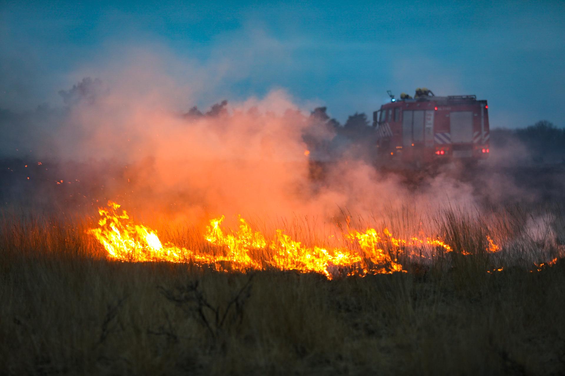 Heide brand bij Uddel snel onder controle