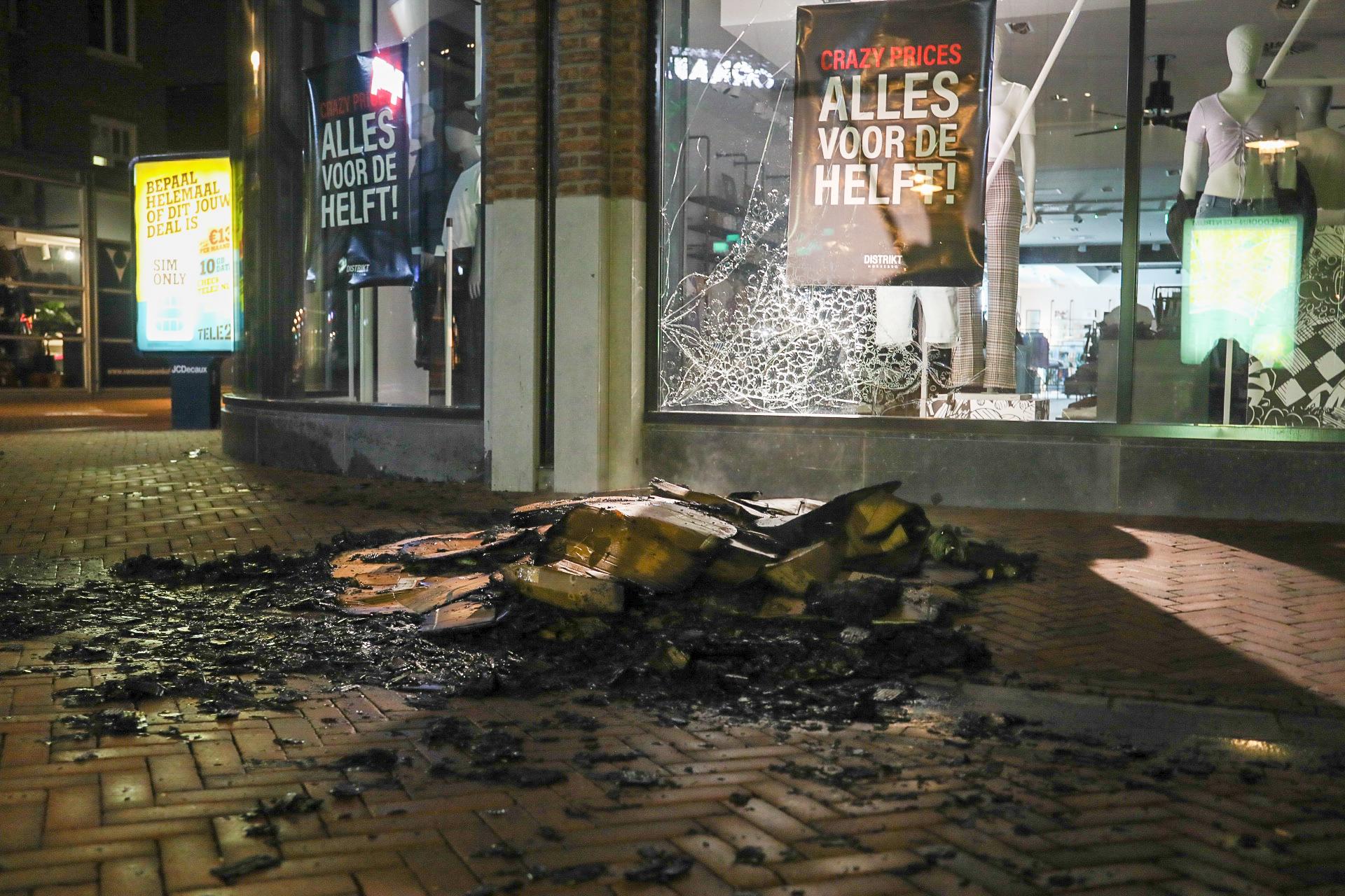 Ruit kledingzaak sneuveld bij afvalbrandje in centrum van Apeldoorn