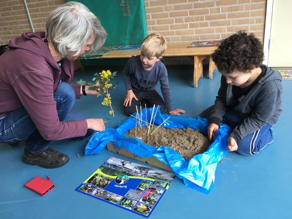 Kinderen basisschool De Kleine Planeet ontwerpen 'klimaatproof' schoolplein