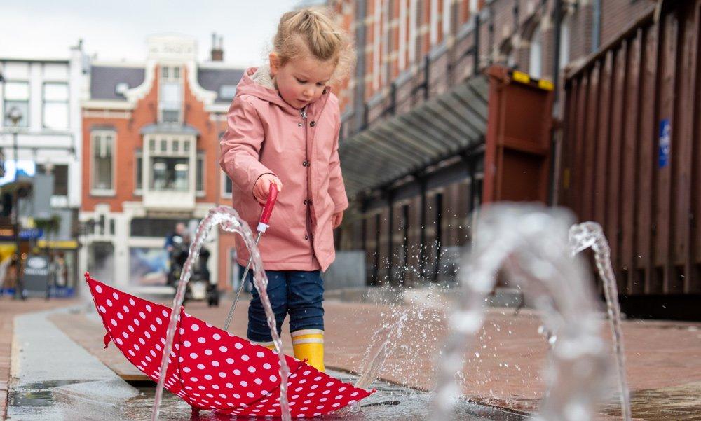Marktstroom vindt zijn weg door het centrum van Apeldoorn