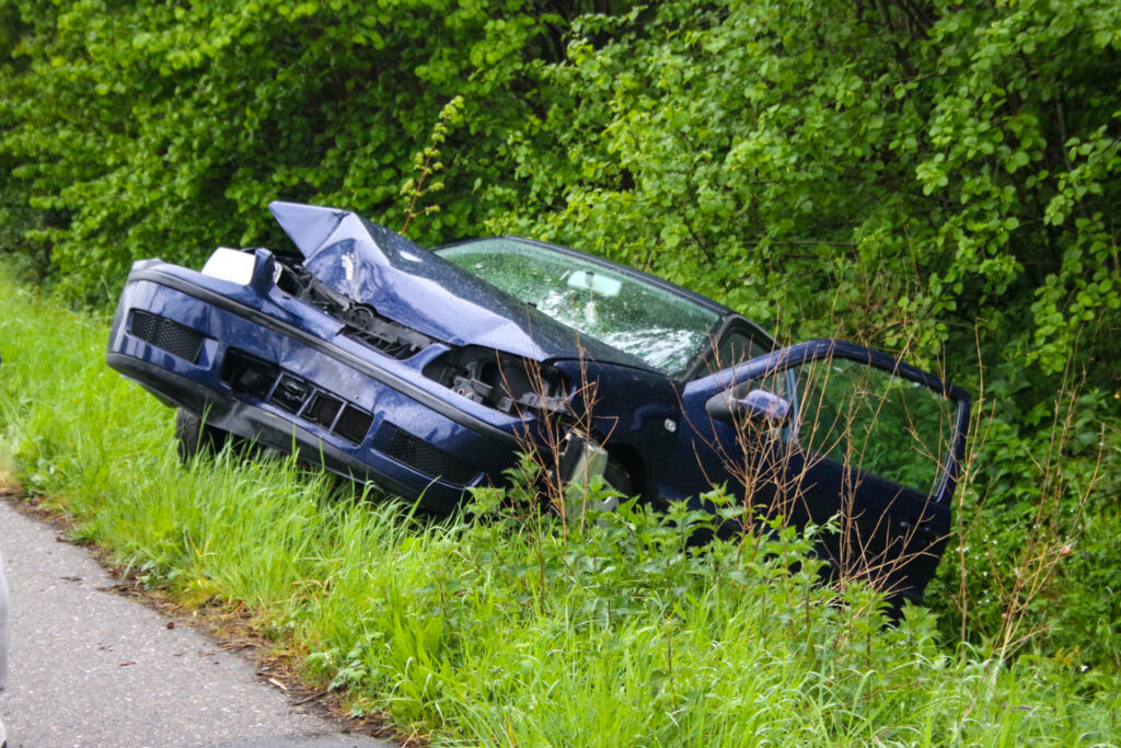 Auto belandt in greppel na botsing met boom; vrouw gewond.