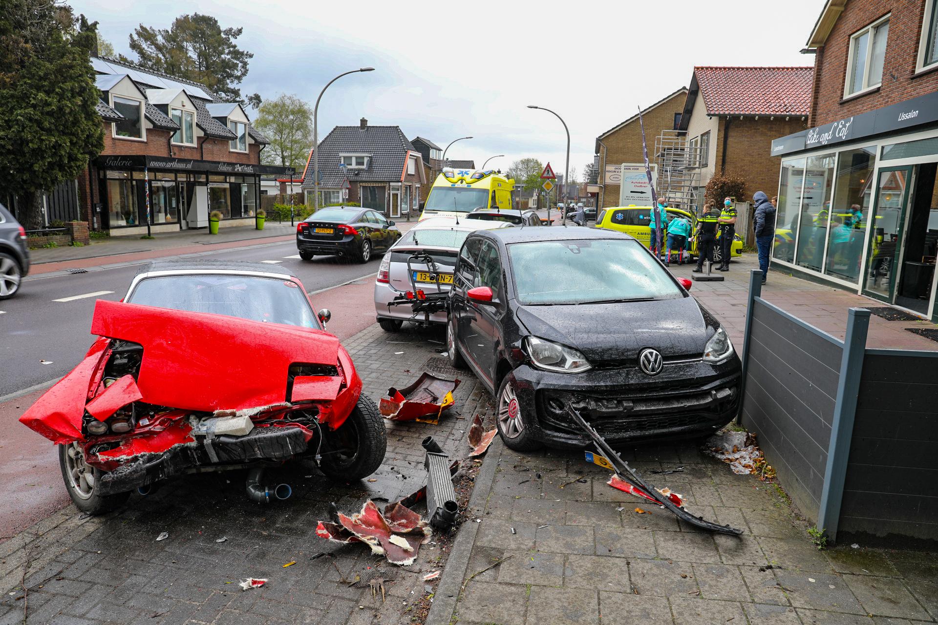 Ravage na ongeluk in Loenen; gewonde naar het ziekenhuis