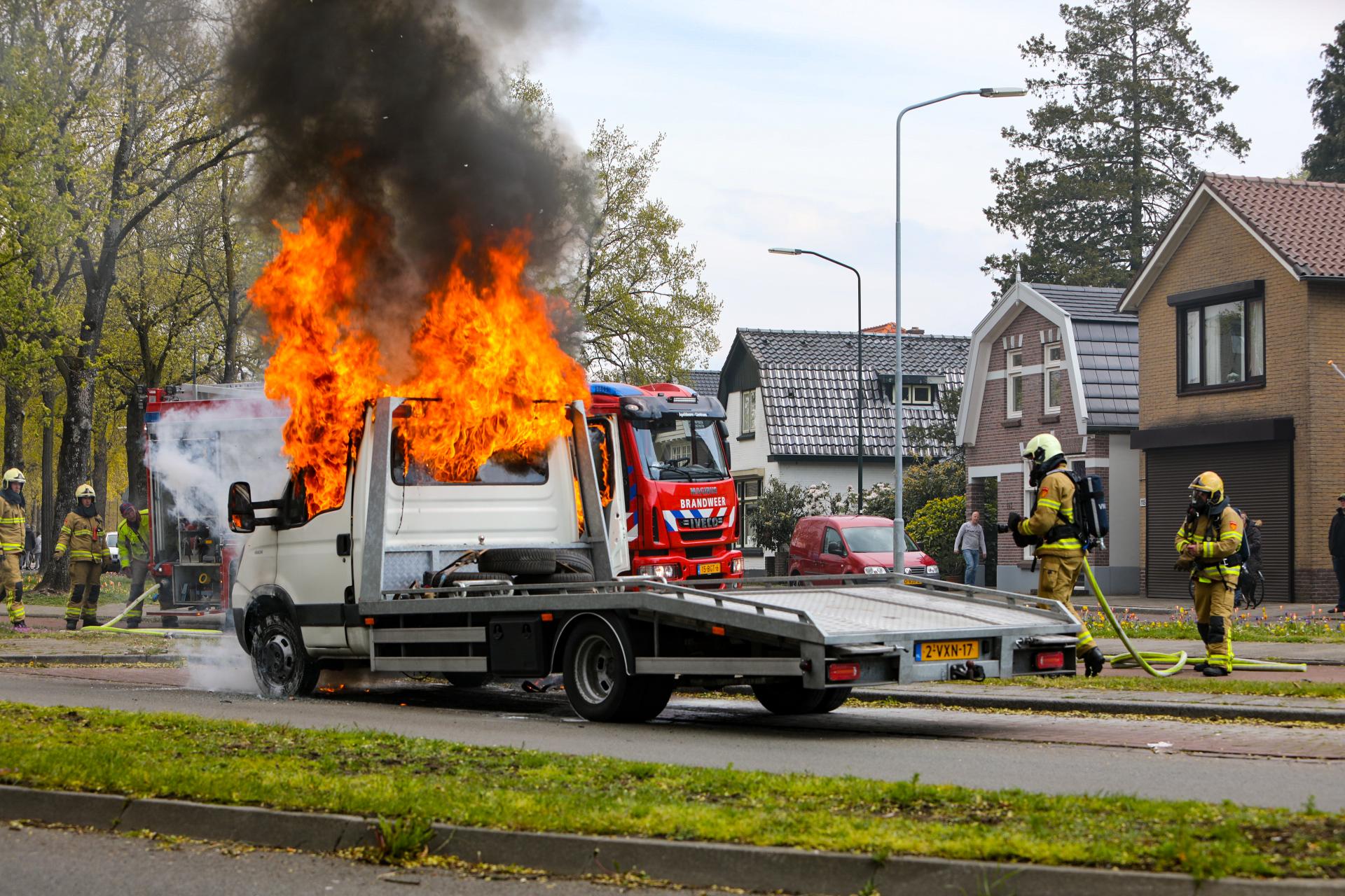 Autoambulance brandt volledig uit in Apeldoorn