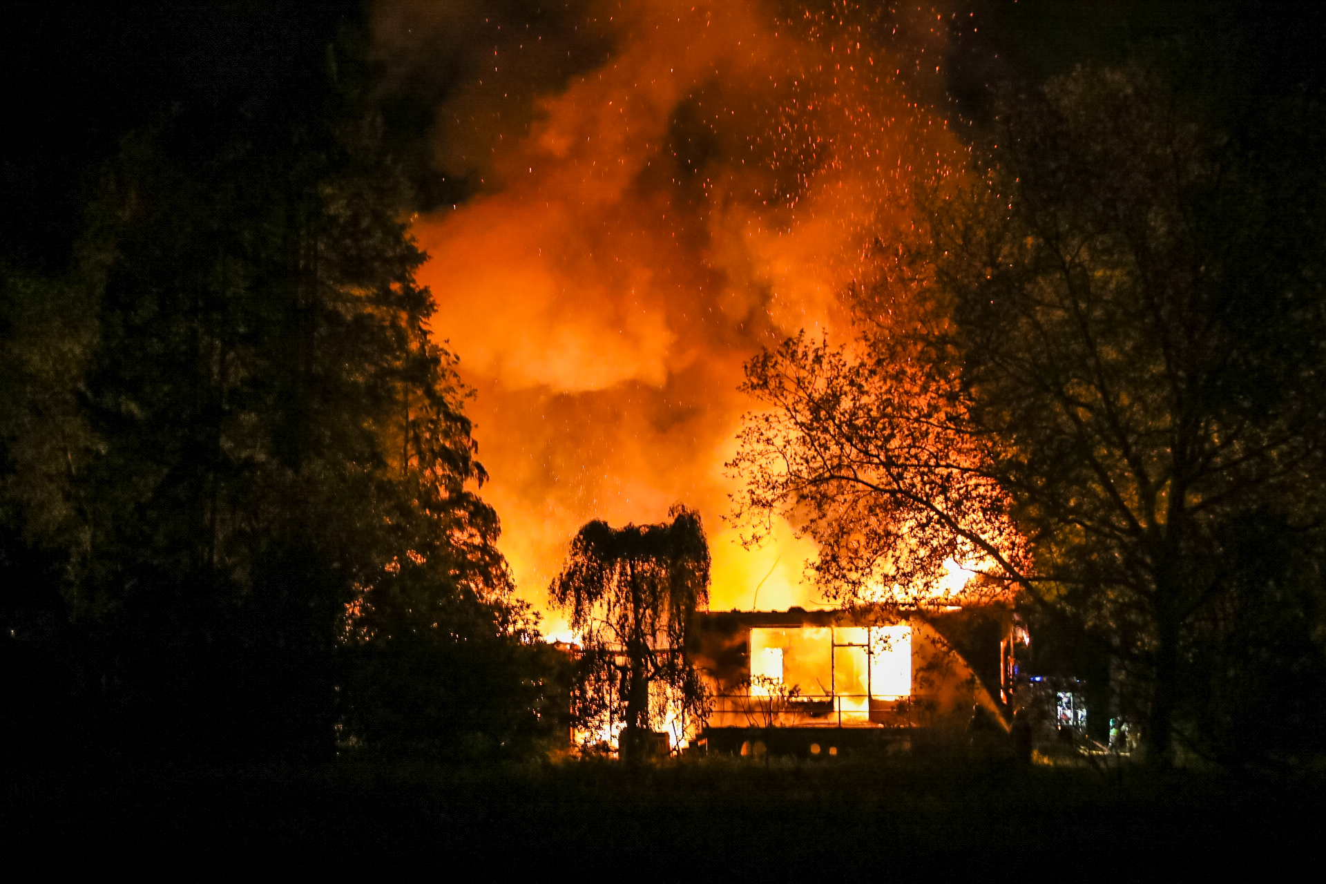 Uitslaande brand in leegstaande woning Beekbergen