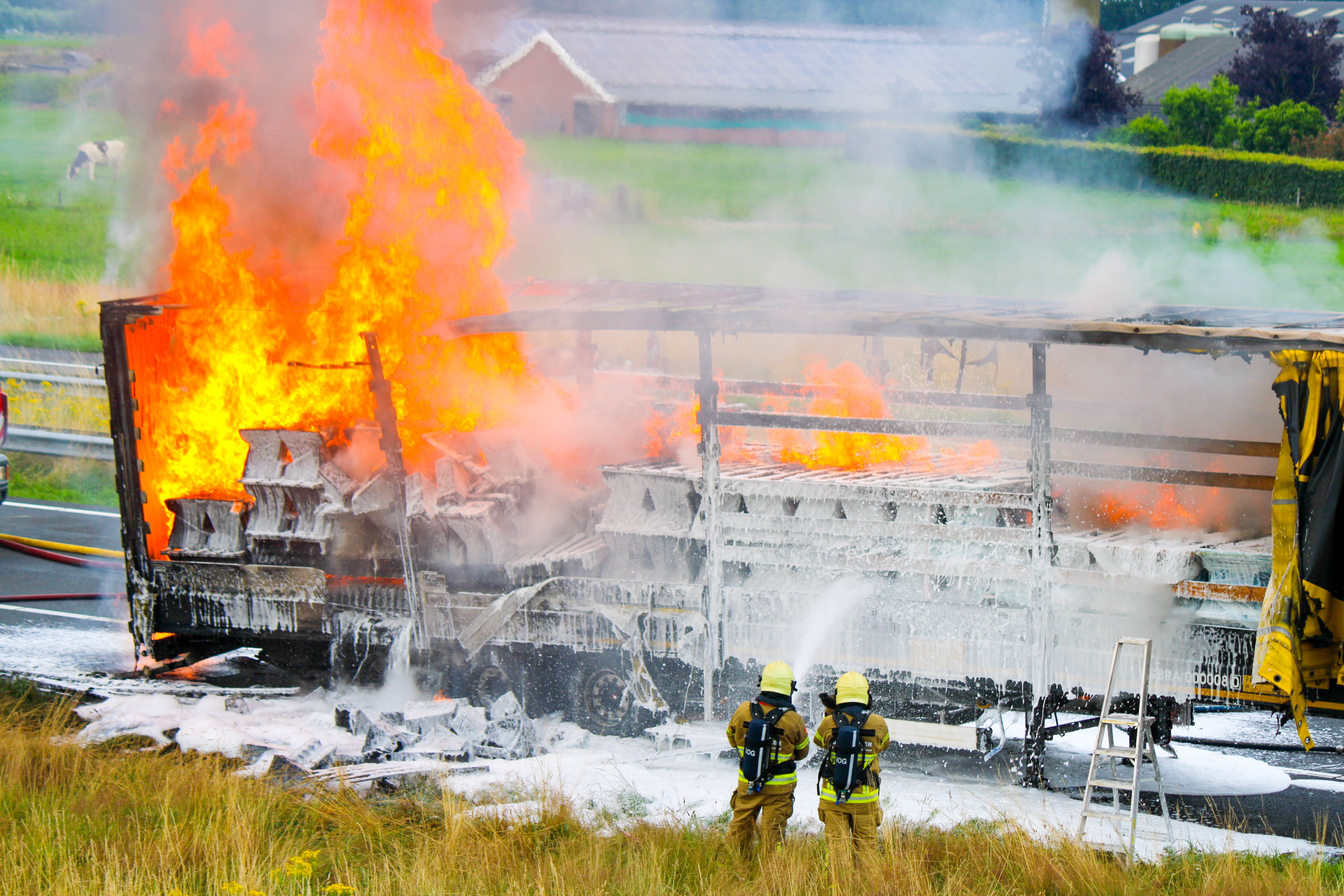 Politie deelt 37.000 euro aan boetes uit aan filmende bestuurders na brand A50 bij Apeldoorn