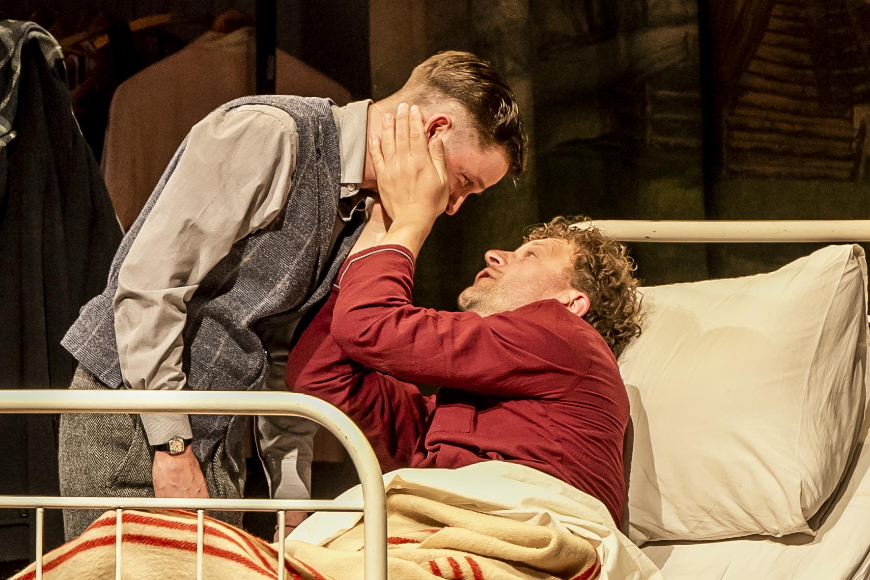 Acteur Bas Keijzer zorgt voor een lach en een traan in toneelstuk Aan de Vooravond: 'Patiënt Aaron irritante man om toch van te houden'