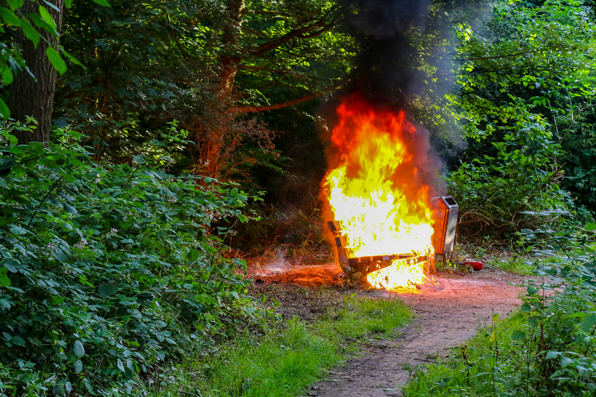 Vlammen zee nadat bankje in brand wordt gezet in Zutphen