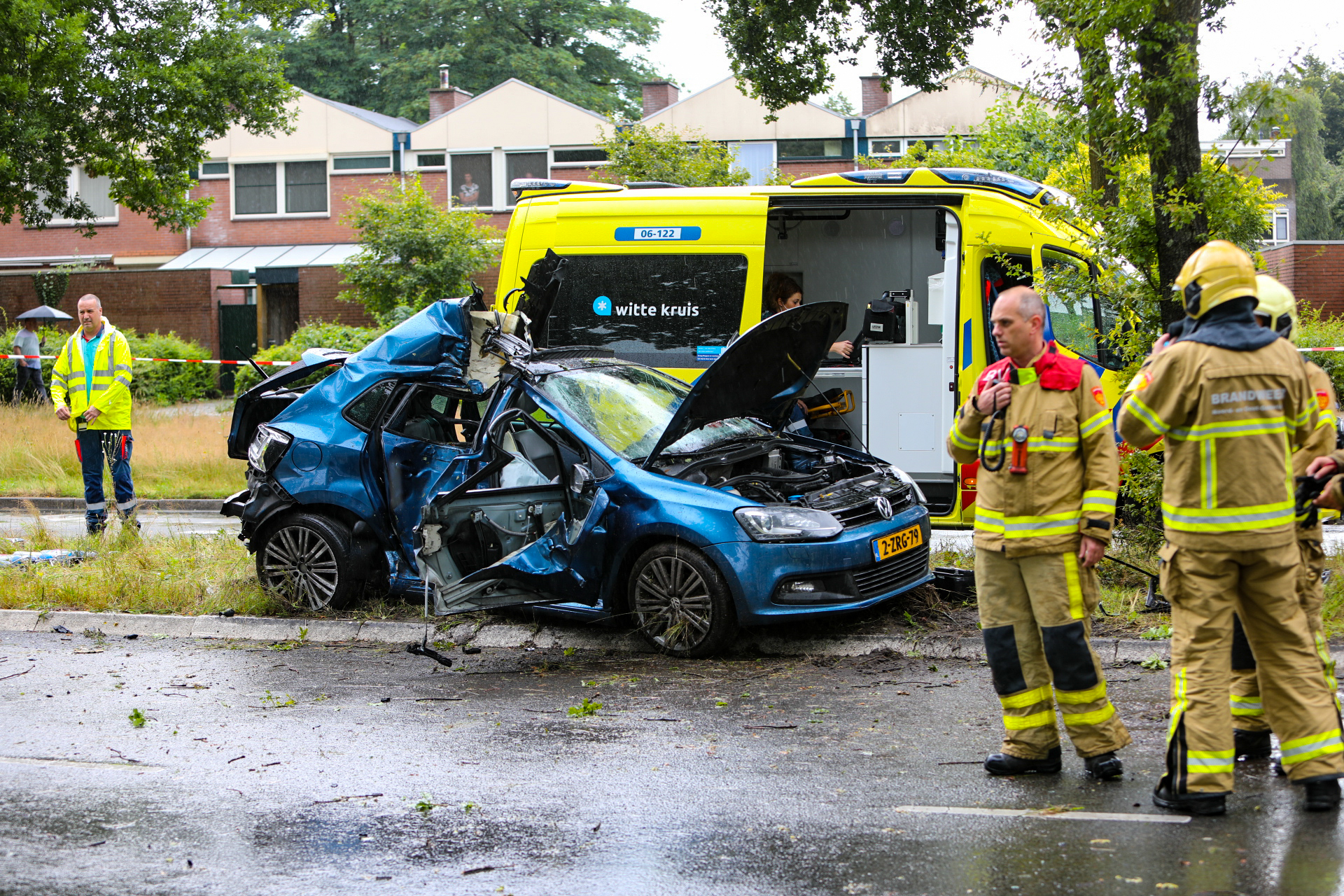Ernstig ongeval Laan van Erica; auto vol lachgas botst tegen boom.