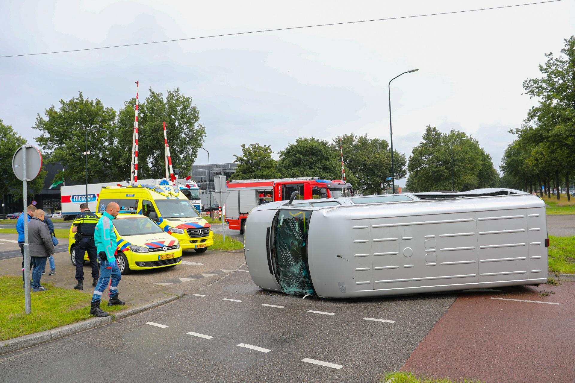 Gewonde nadat taxibusje in botsing komt met vrachtwagen in Apeldoorn.